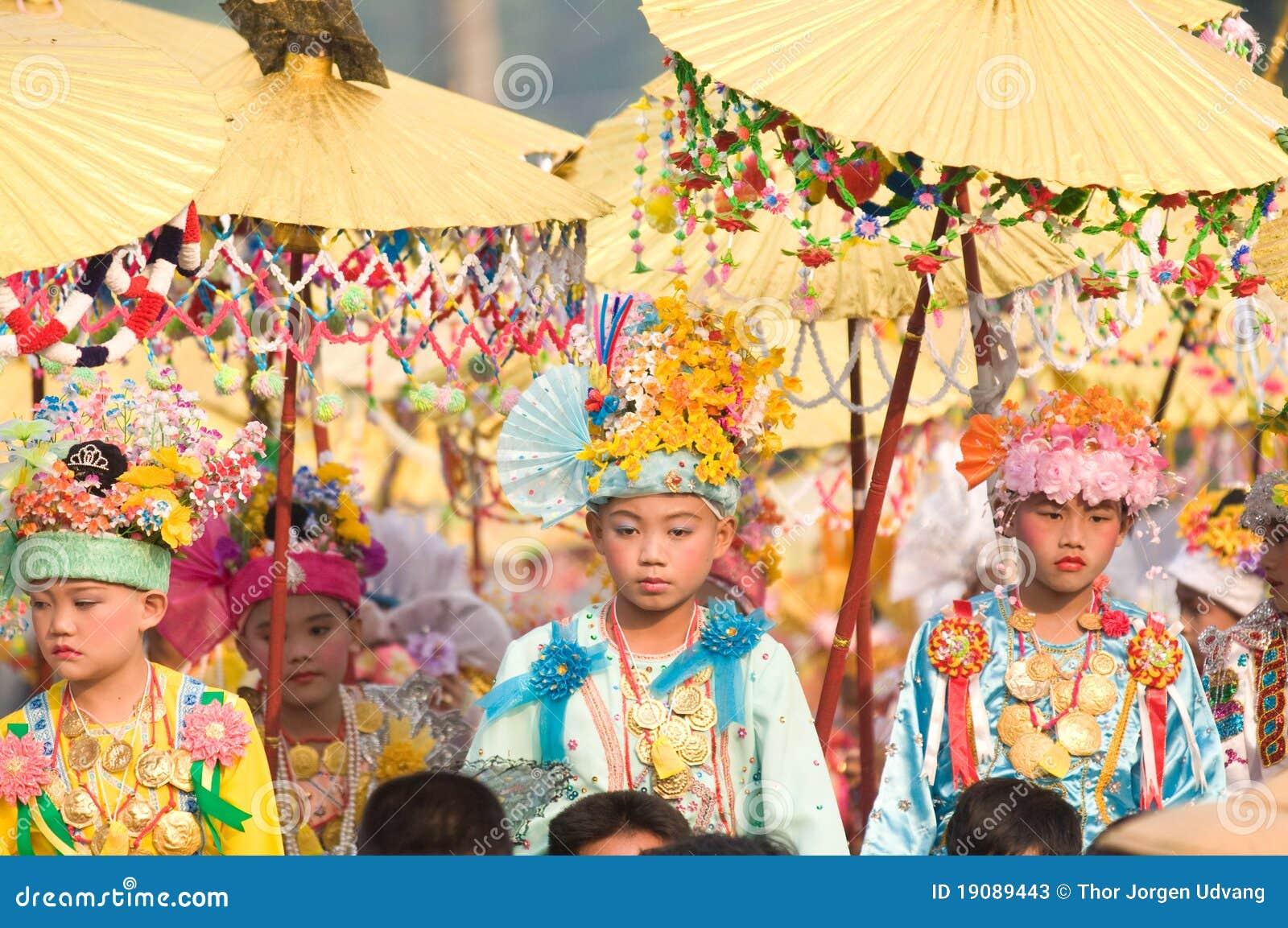 El Poy cantó ceremonia larga en Mae Hong Son, Tailandia