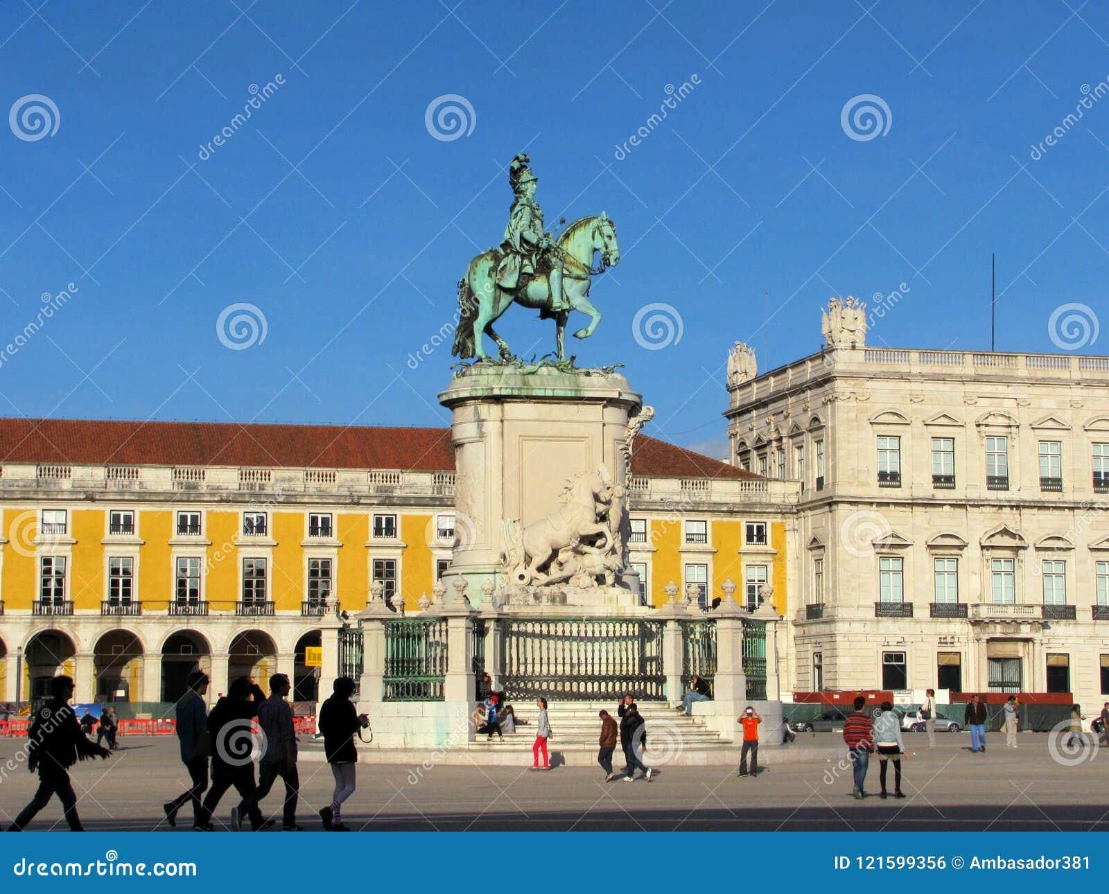 El Praca hace el cuadrado del comercio de Comercio con la estatua de rey Jose I