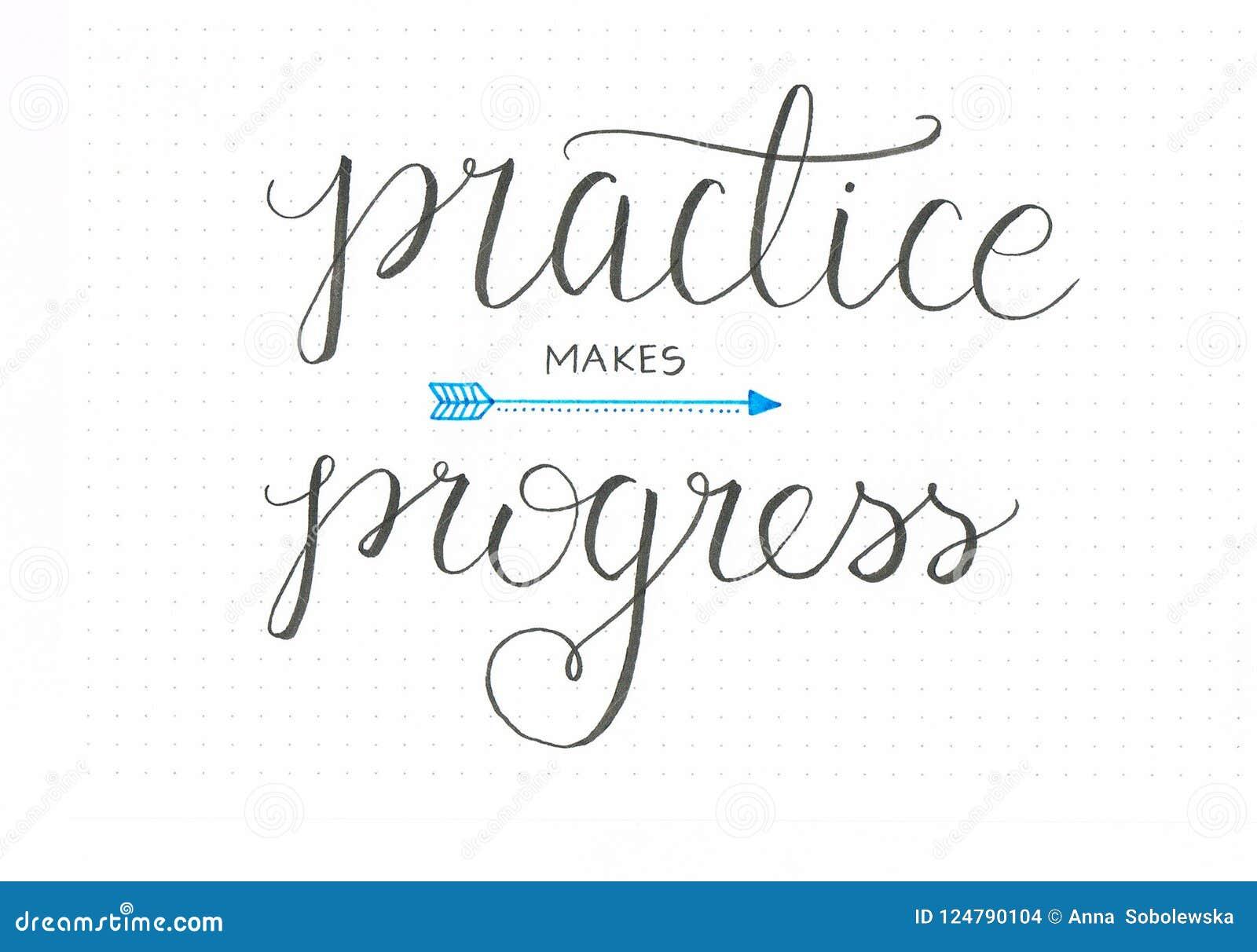 El ` practica hace ` del progreso las letras honestas de la mano que dicen en negro con una flecha