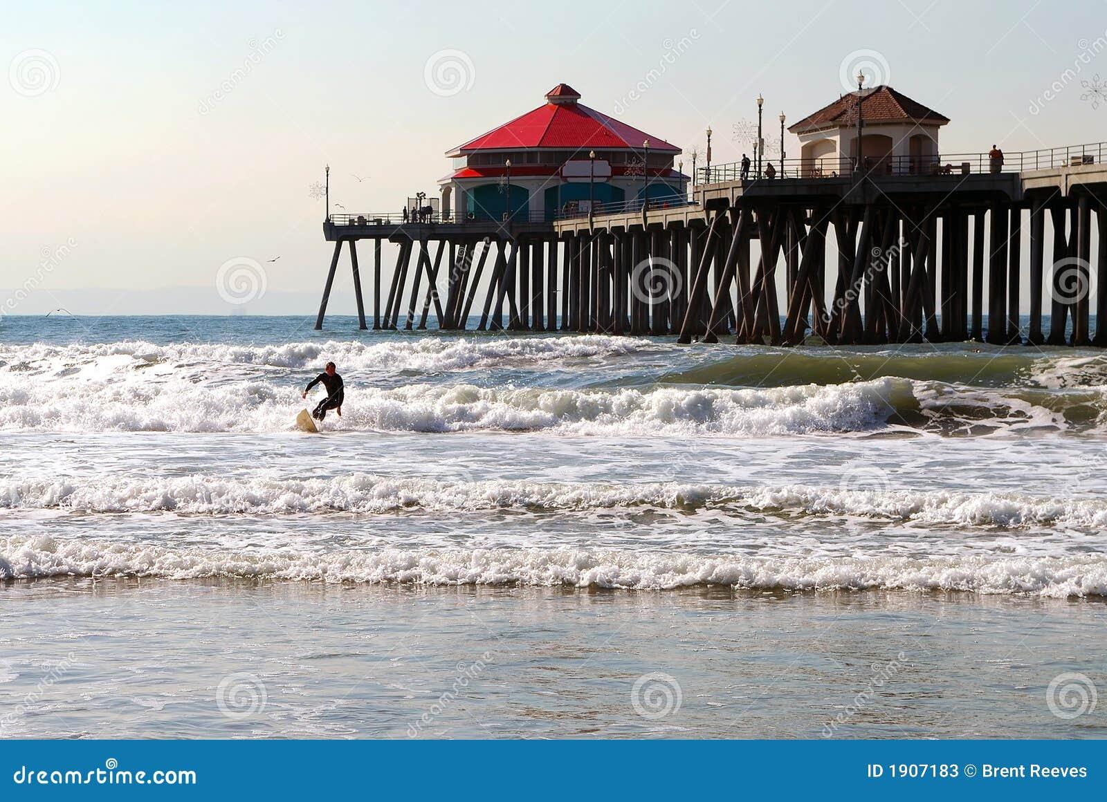 El practicar surf de Pier