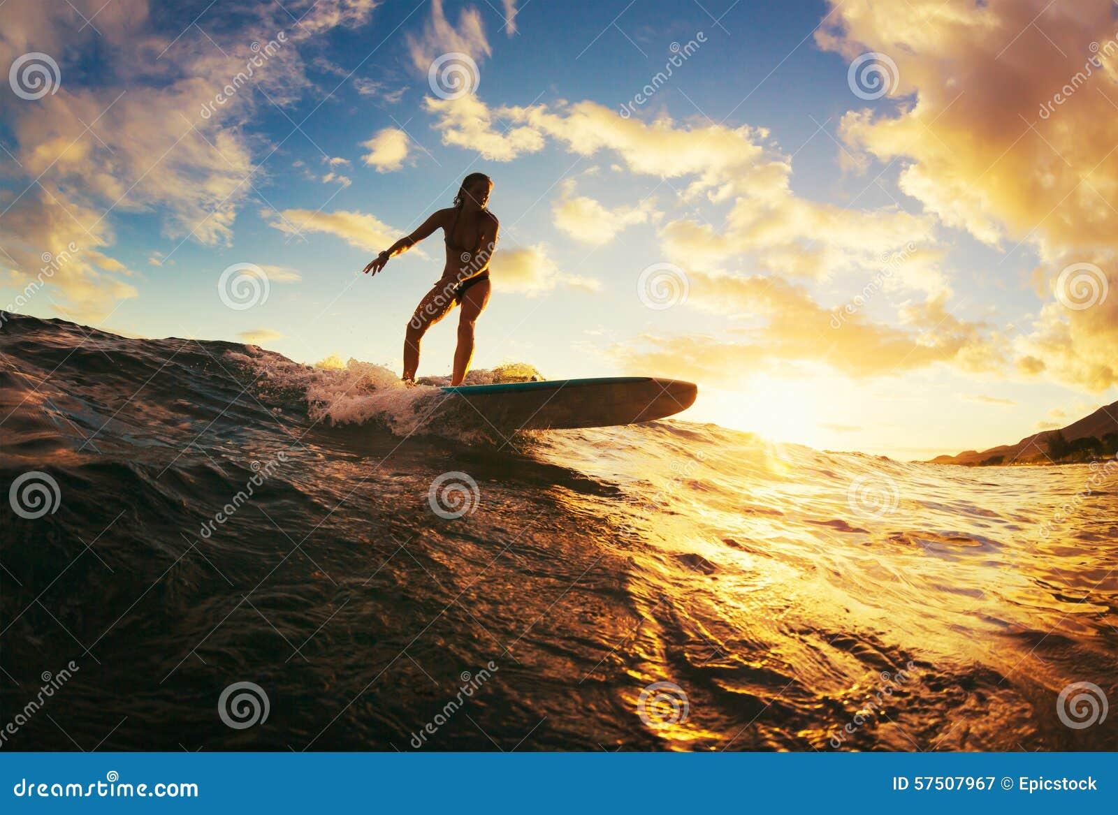 El practicar surf en la puesta del sol