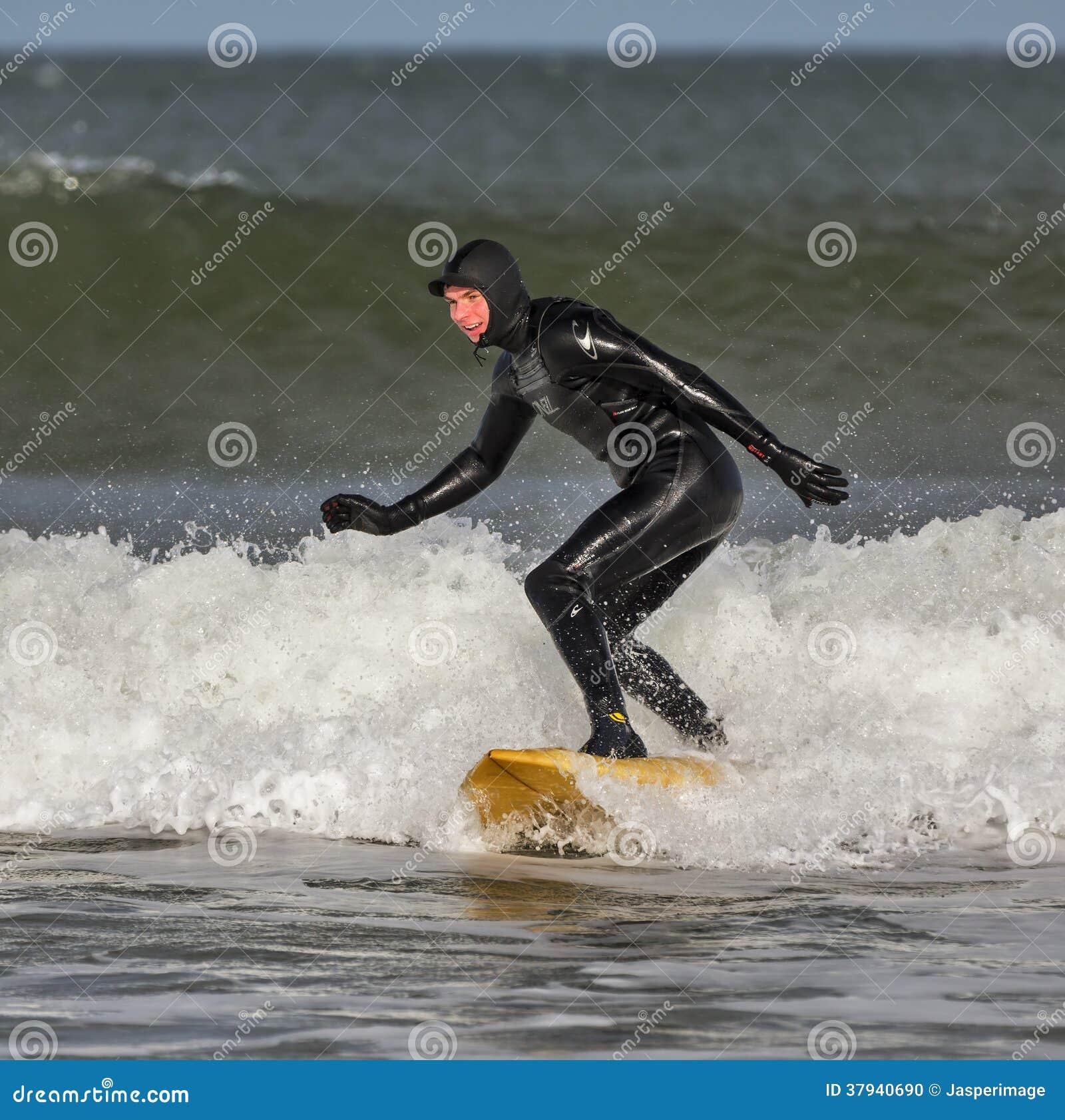 El practicar surf en Lossiemouth.