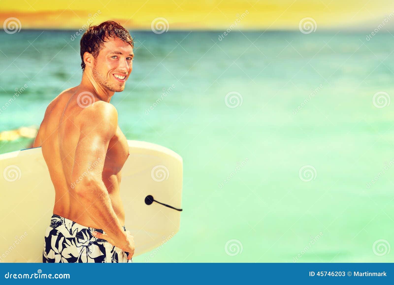 El practicar surf que va del hombre de la persona que practica surf en la playa del verano