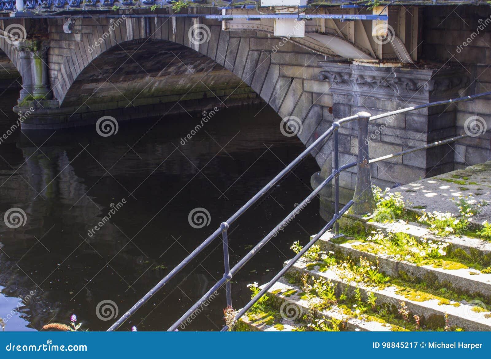 El primer arco del puente construido de piedra de la reina Victoria sobre el río Lagan en Belfast Irlanda del Norte