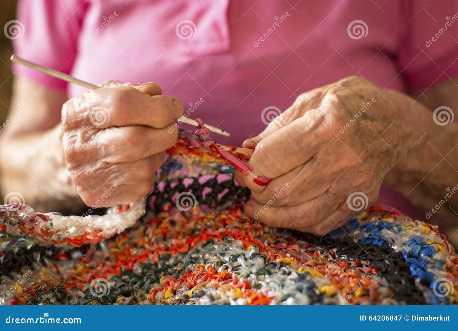 El primer da el ganchillo astringente de una mujer mayor manía