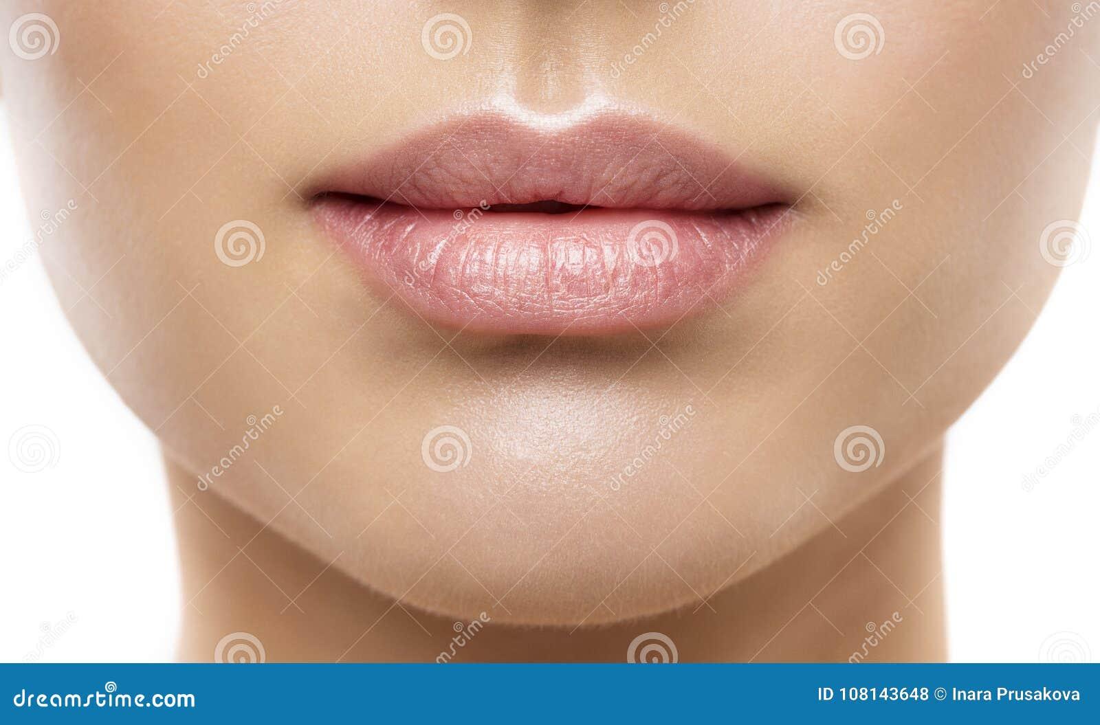 El primer de la belleza de los labios, cara natural de la mujer compone, lápiz labial rosado