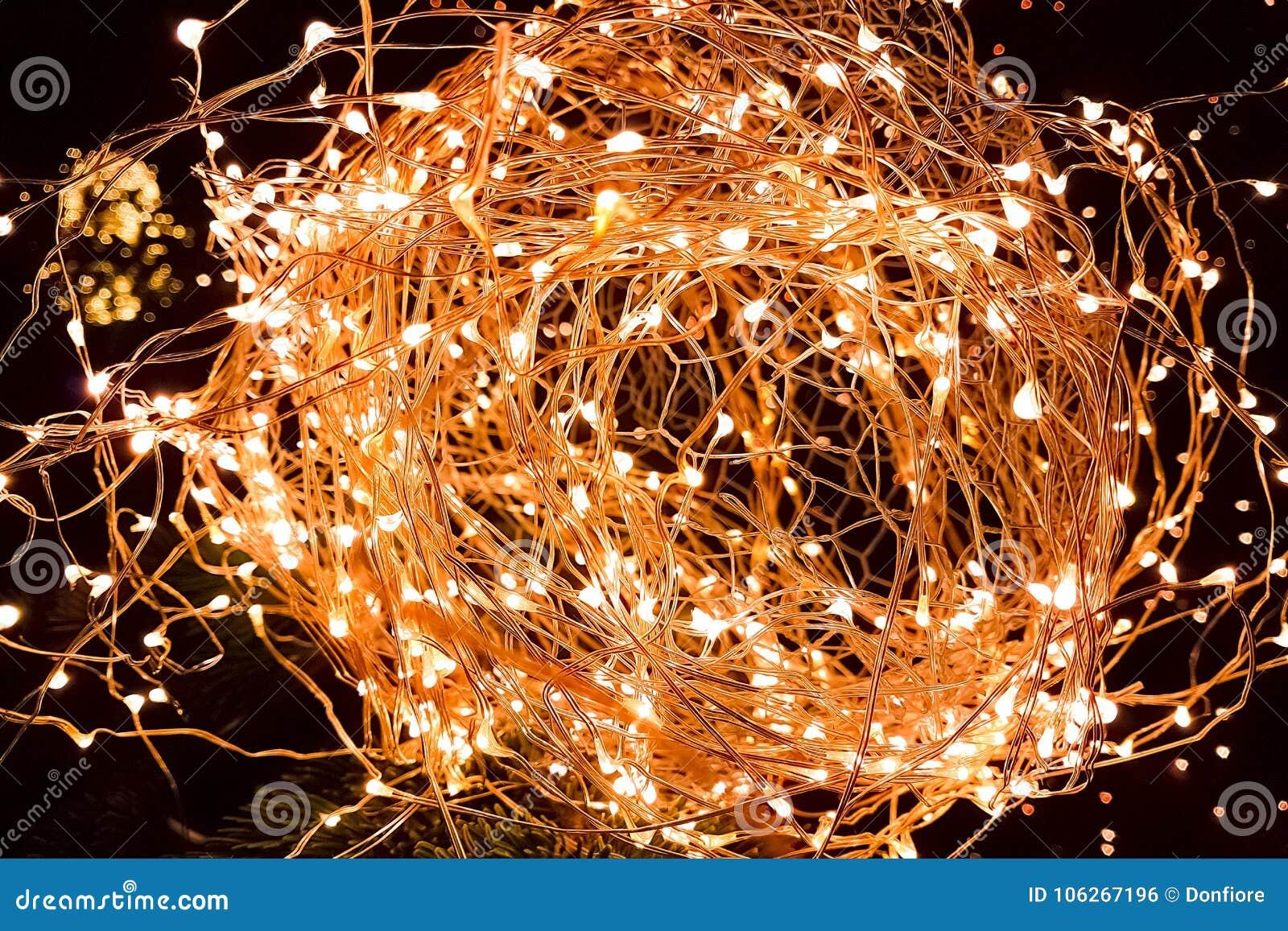 El primer del brillo abstracto de la Navidad enciende la bola en árbol de Navidad