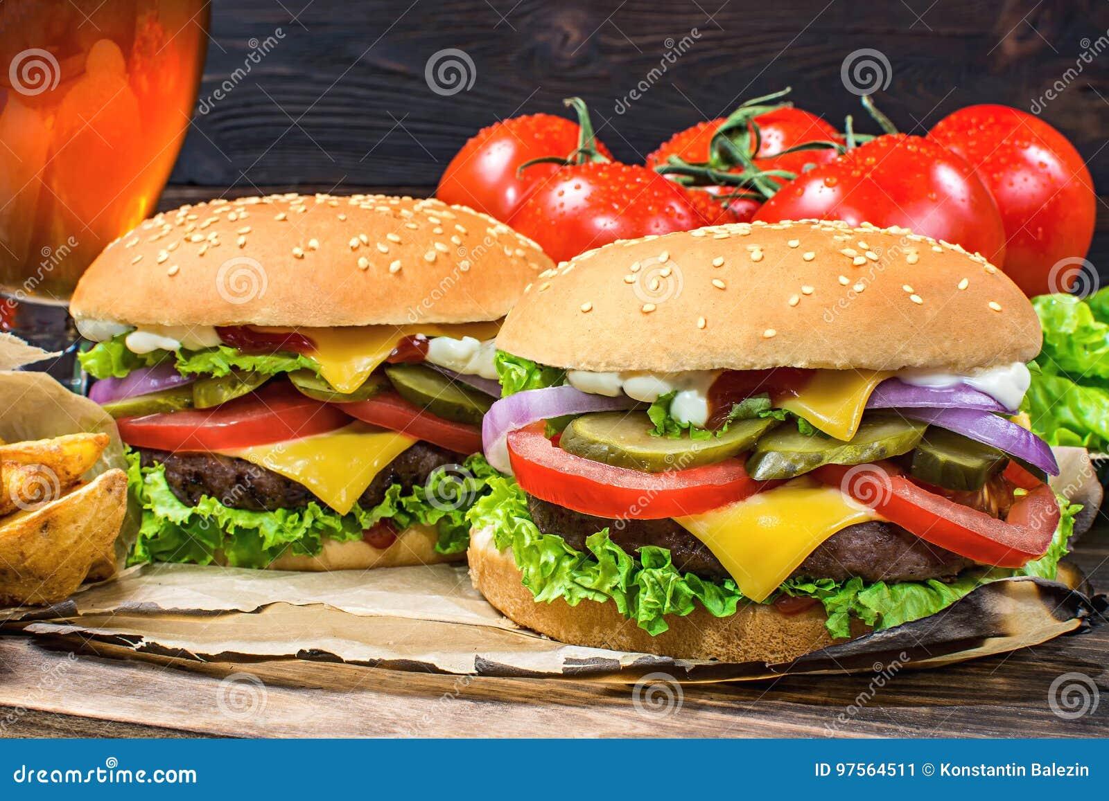 El primer del hogar hizo las hamburguesas sabrosas en la tabla de madera