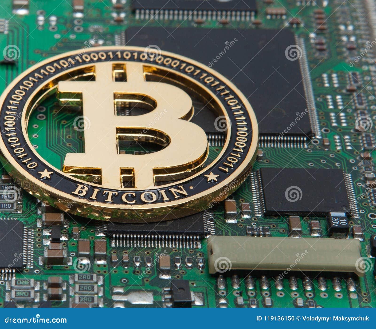 El primer del oro mordió la moneda, la placa de circuito del ordenador con el procesador del bitcoin y los microchipes Moneda ele