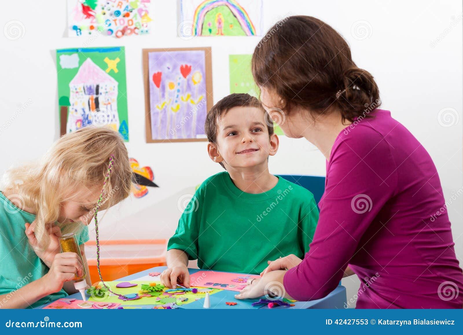 El profesor ayuda a niños