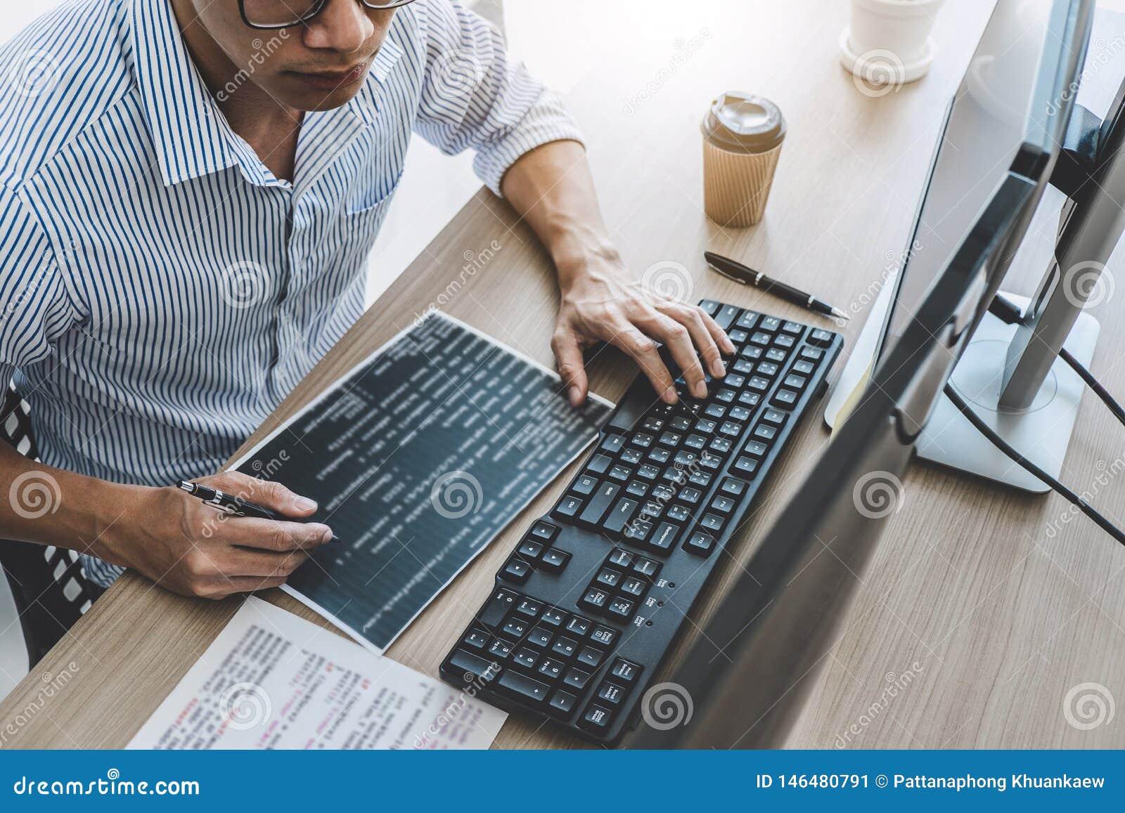 El programador profesional que trabaja en la programaci?n que se convierte y la p?gina web que trabaja en un software desarrollan