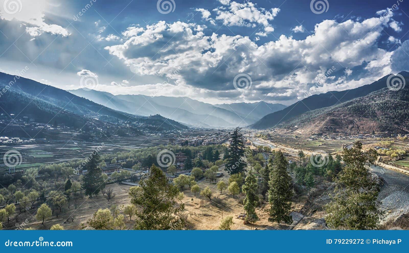 El pueblo de montaña en un día de Sunny Summer, Bhután