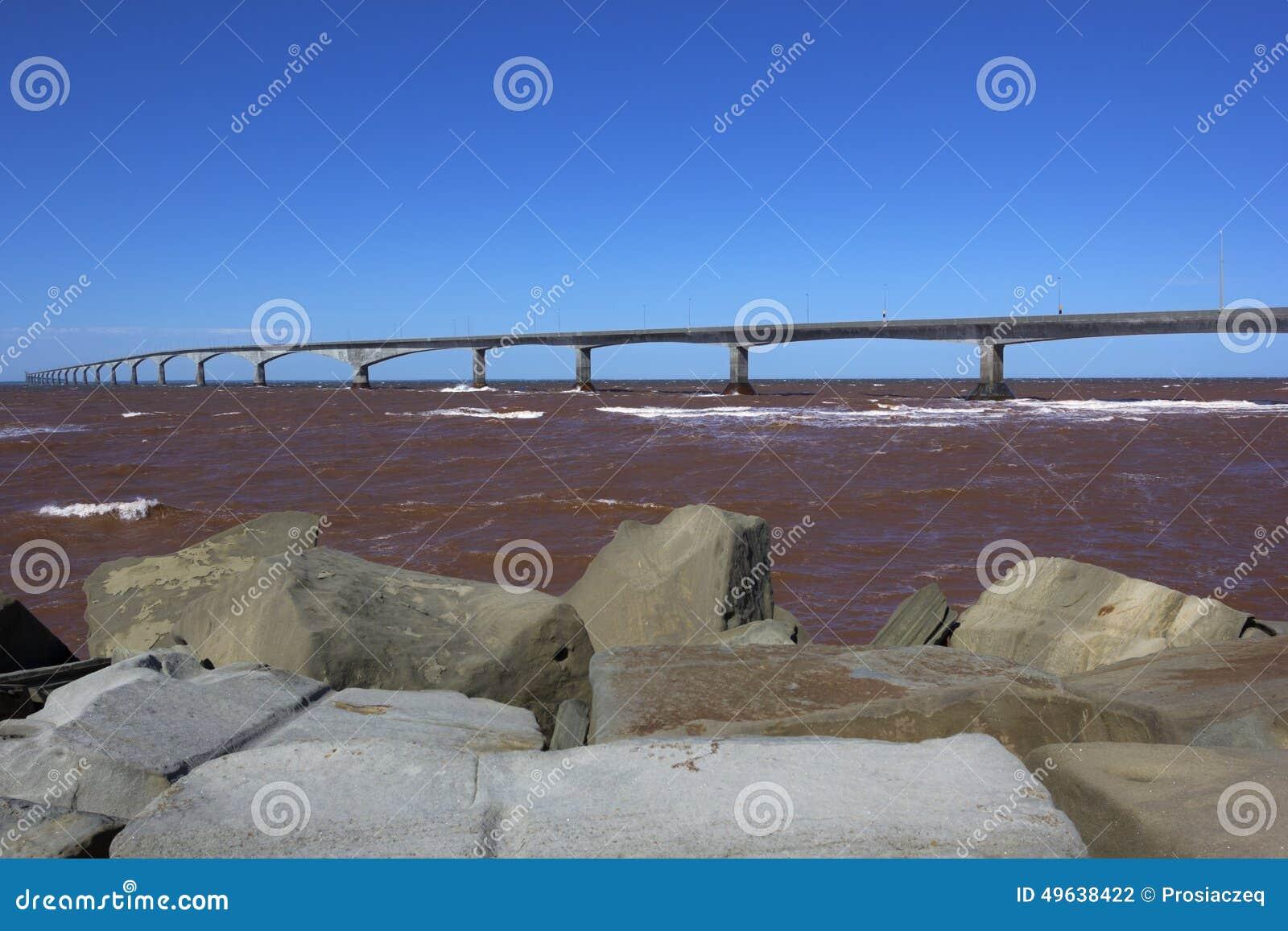 El puente de la confederación en Canadá