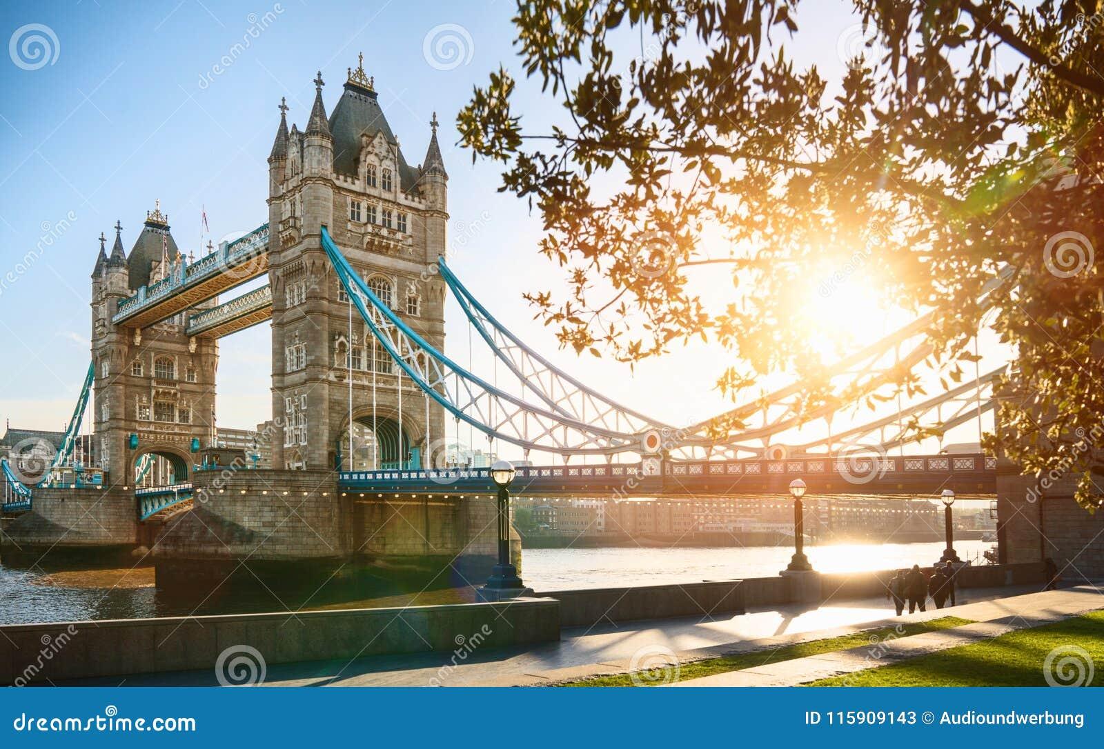 El puente de la torre de Londres en la salida del sol