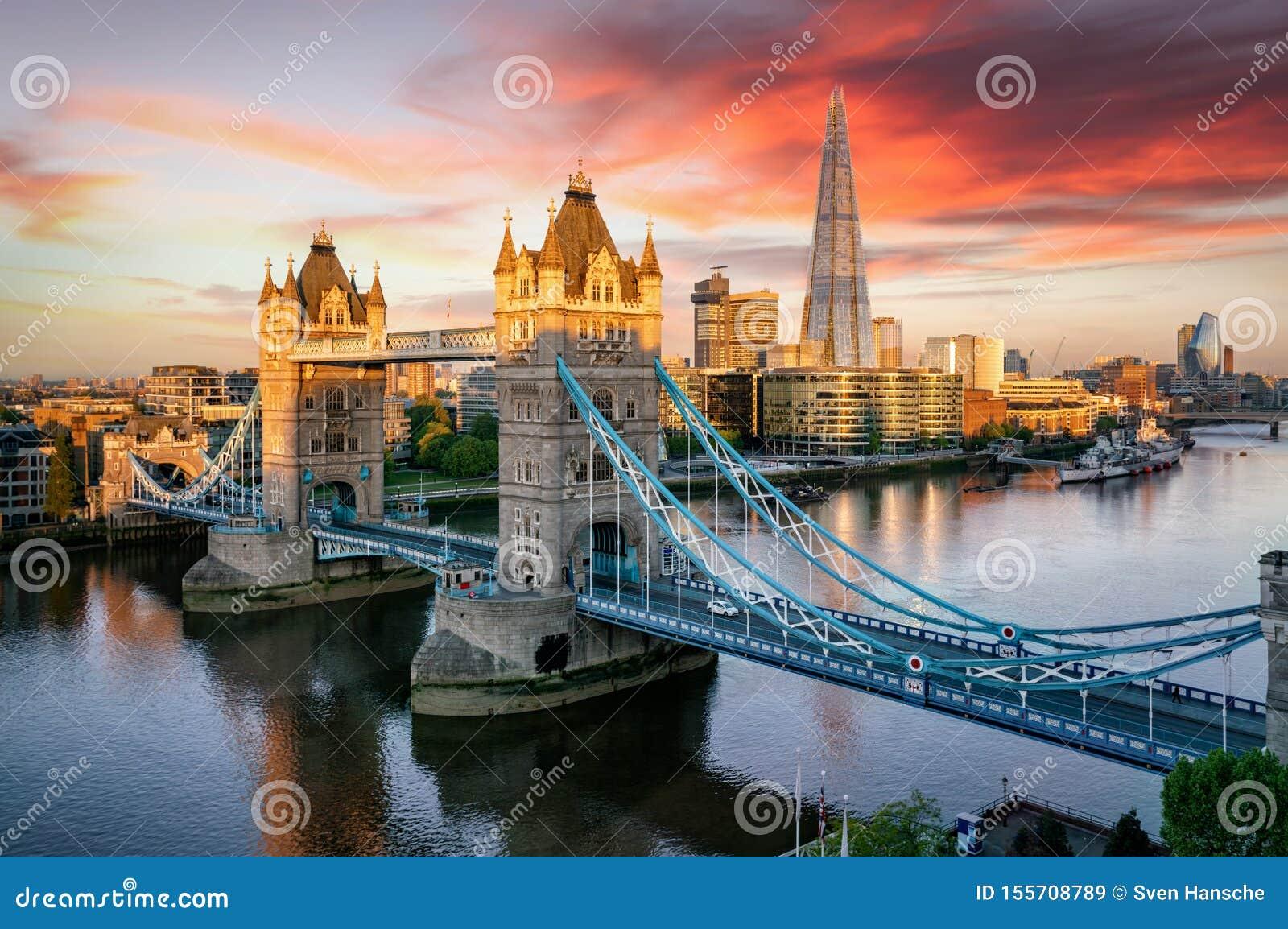 El puente de la torre de Londres y el horizonte a lo largo del río Támesis, Reino Unido