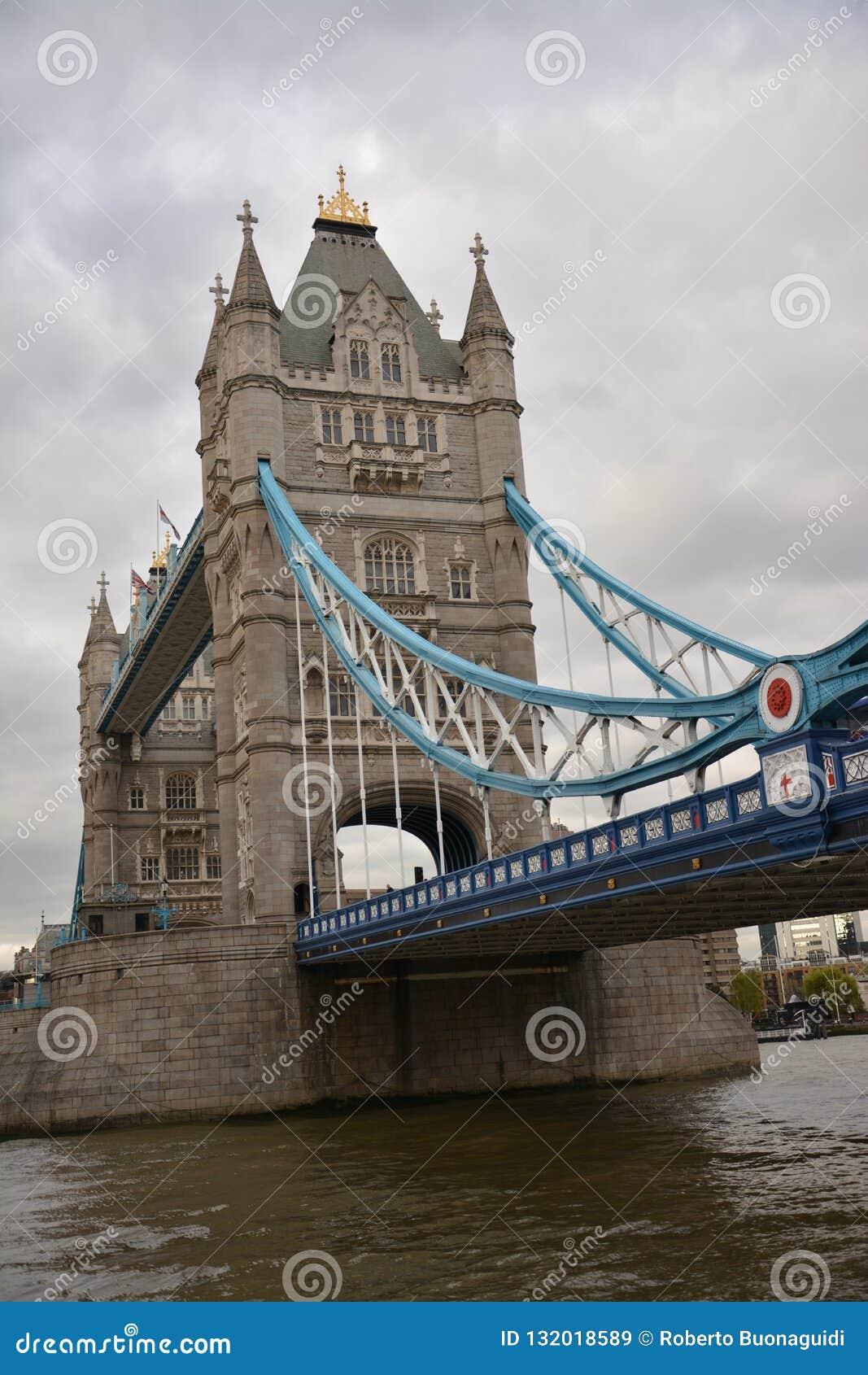 El puente de Londres tomado del Támesis