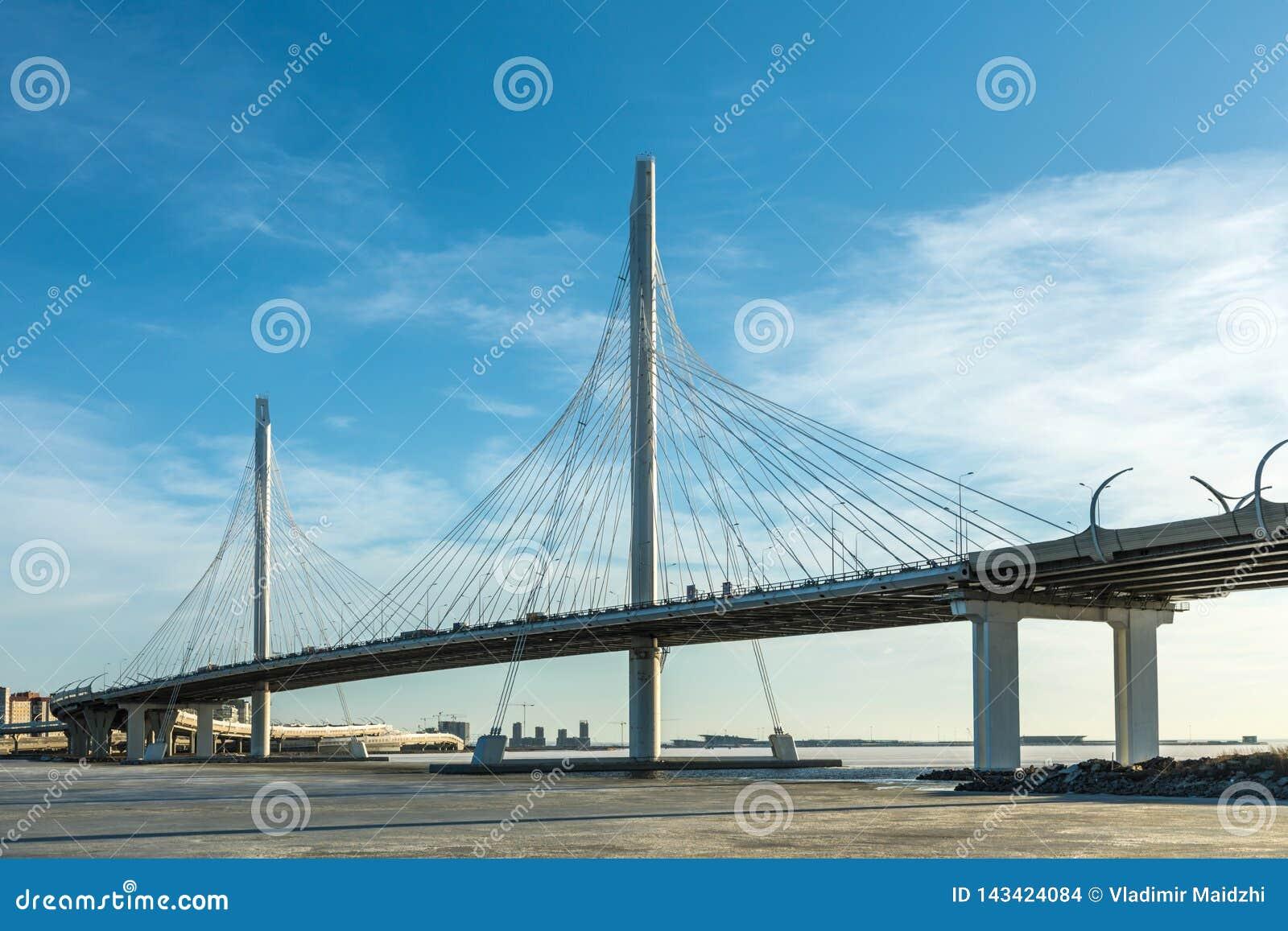 El puente del camino de la carretera del círculo sobre el río de Neva cerca de la boca de ella en el día claro