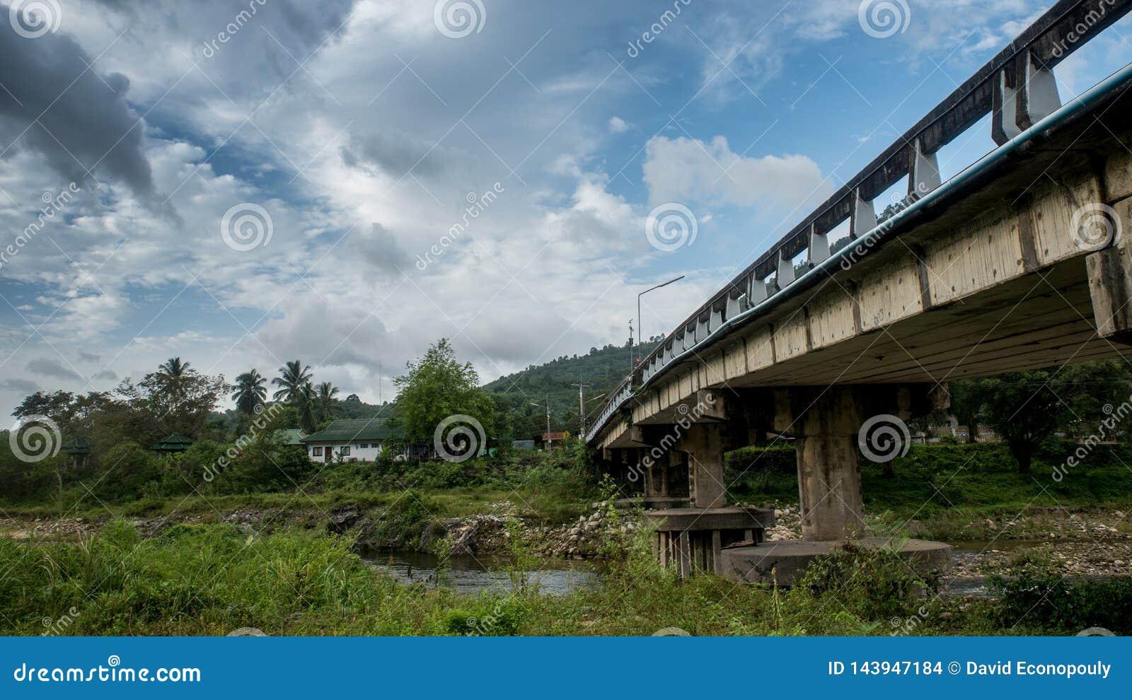 El puente en Kiriwong Tailandia