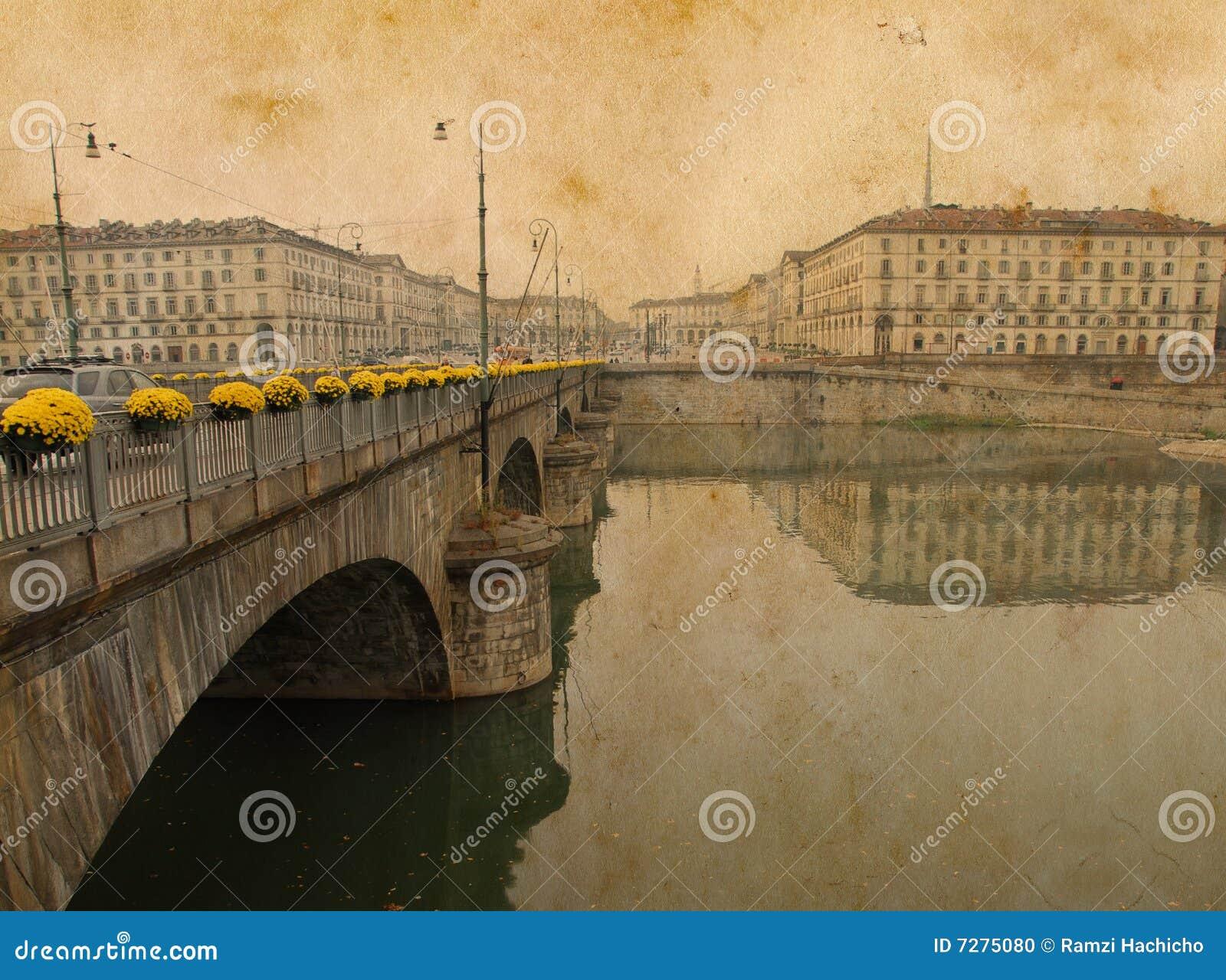 El puente entonado de la vendimia lleva a una plaza en Italia