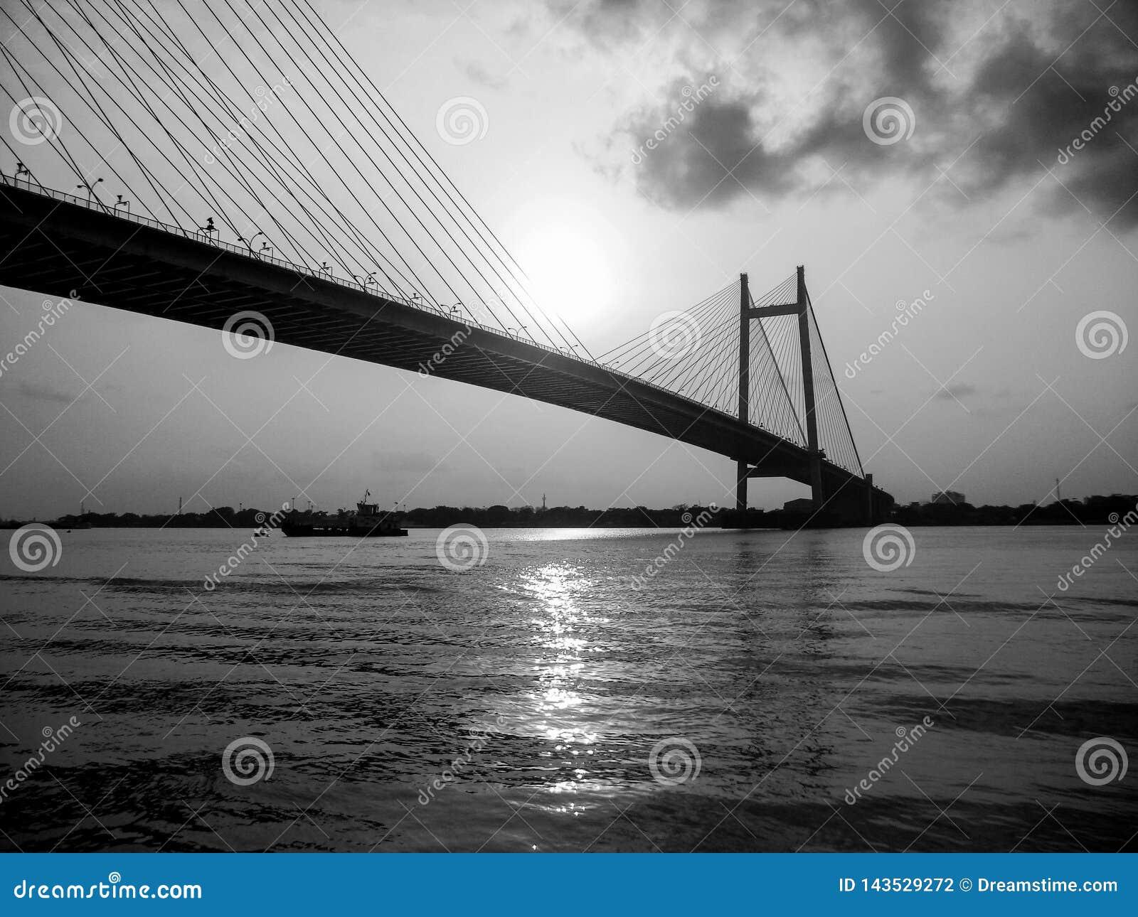 El puente que se une a dos ciudades