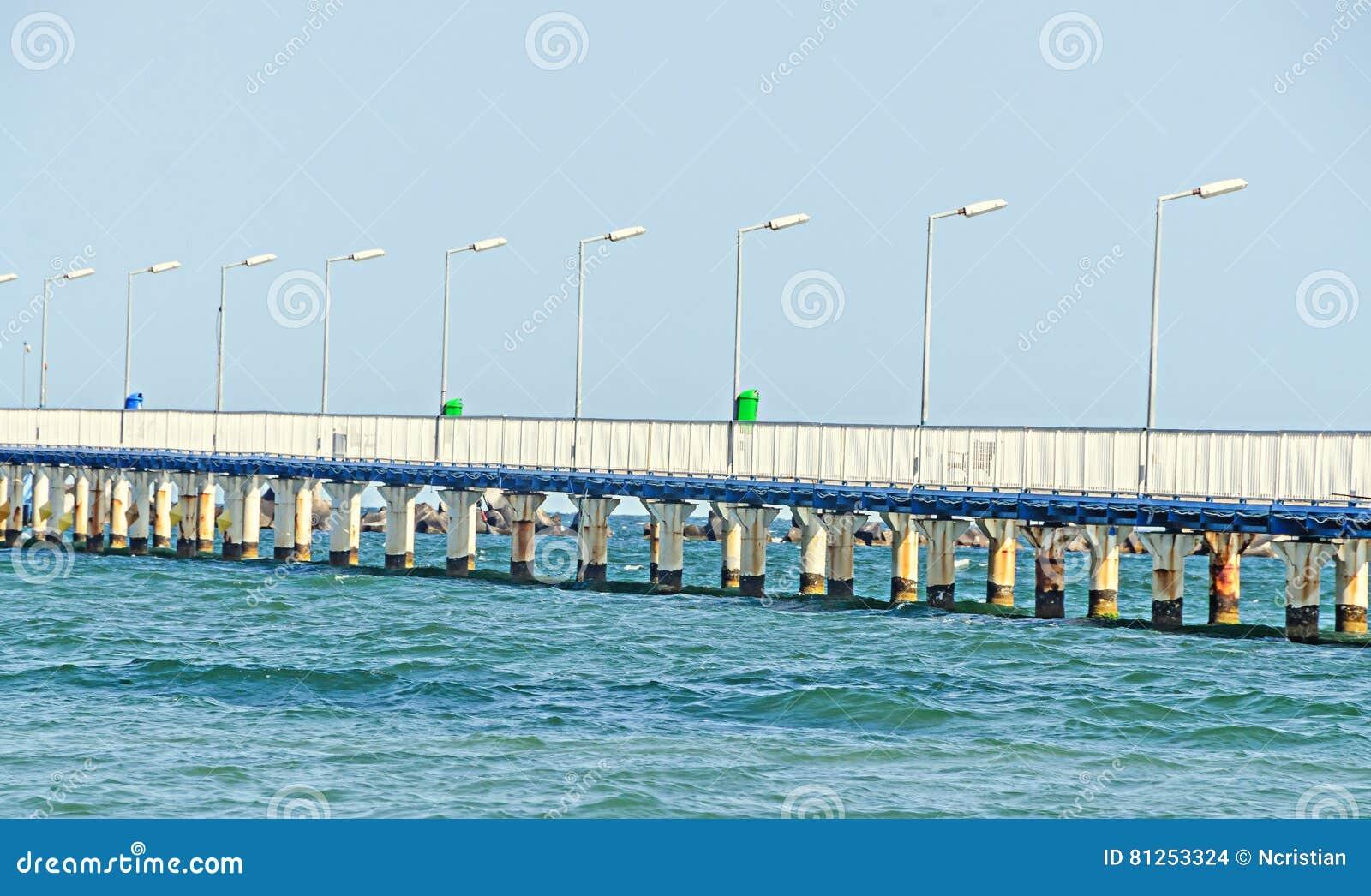 El puente sobre el Mar Negro, la orilla del mar y la playa con agua azul