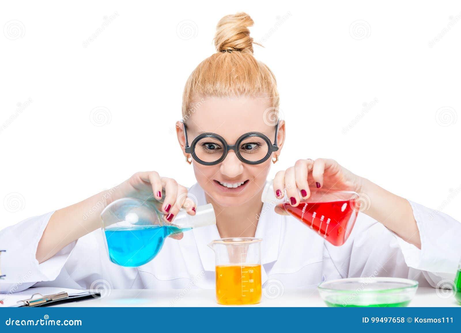 El químico divertido del ayudante de laboratorio mezcla los líquidos