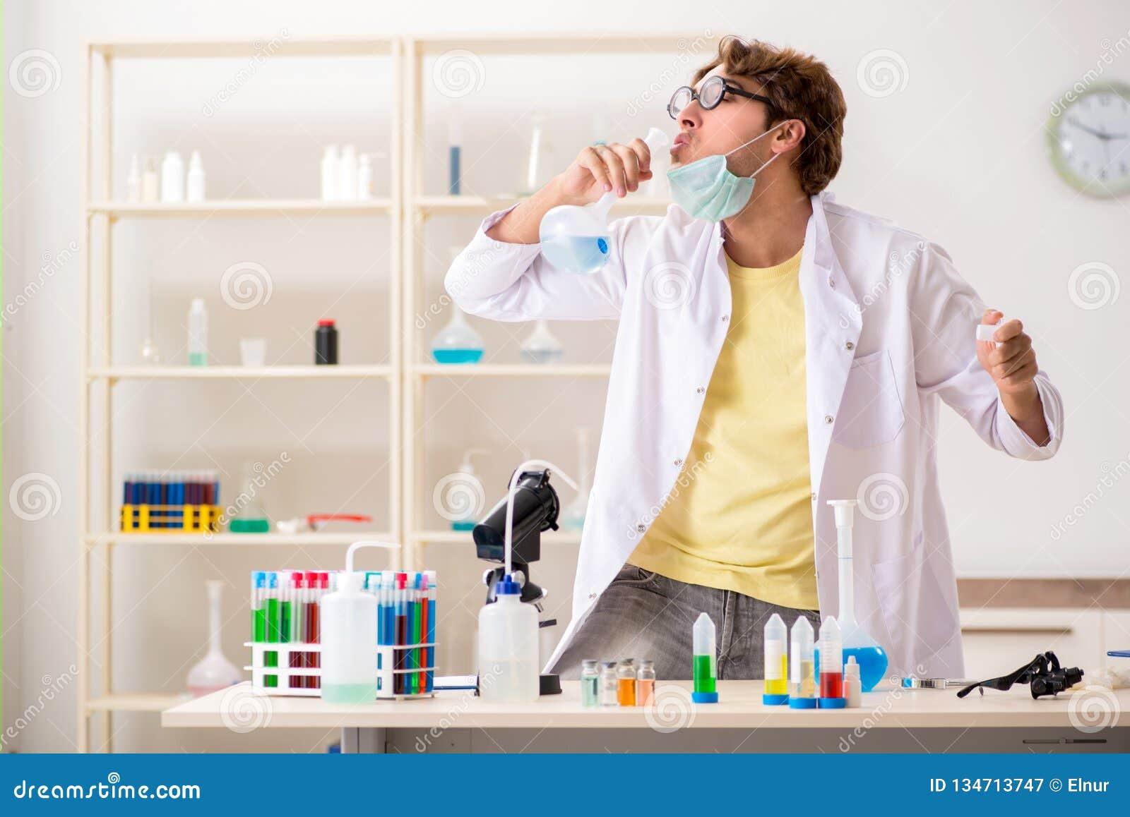 El químico loco divertido que hace experimentos y pruebas