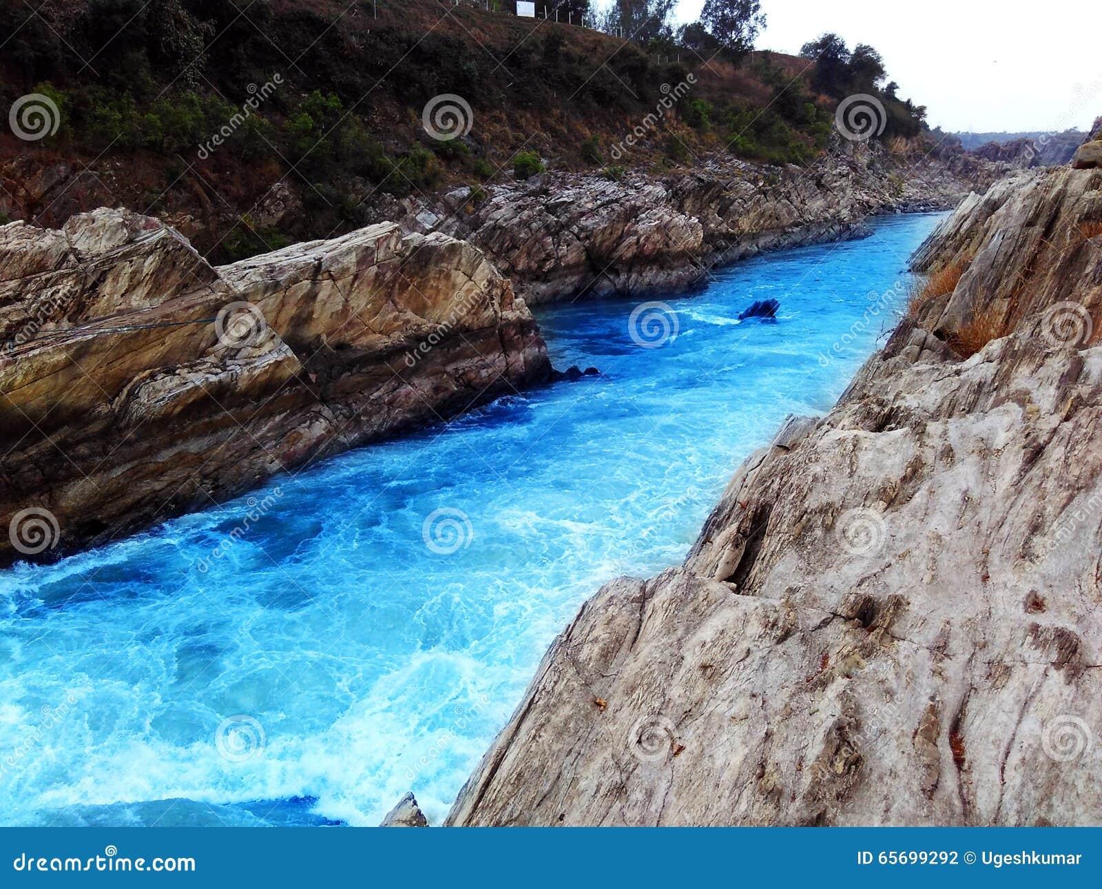 El río de Narmada rápido atraviesa las rocas de mármol