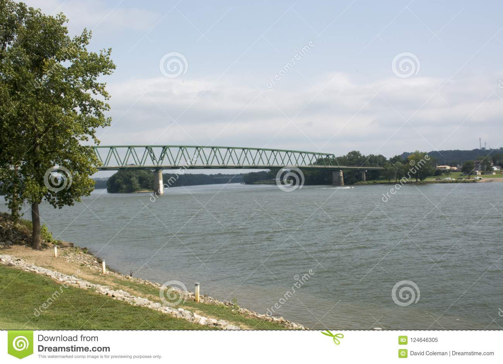 El río Ohio con el puente