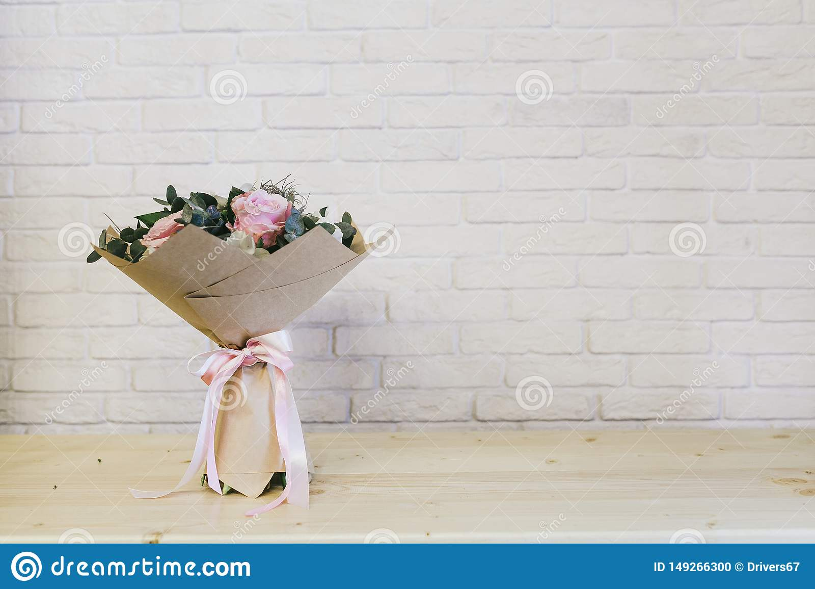 El ramo hermoso delicado de flores se cierra para arriba