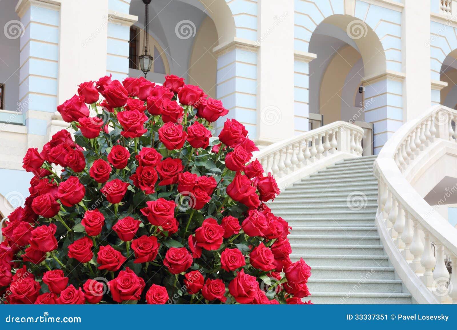 El Ramo Hermoso Grande De Rosas Rojas Acerca A La Escalera