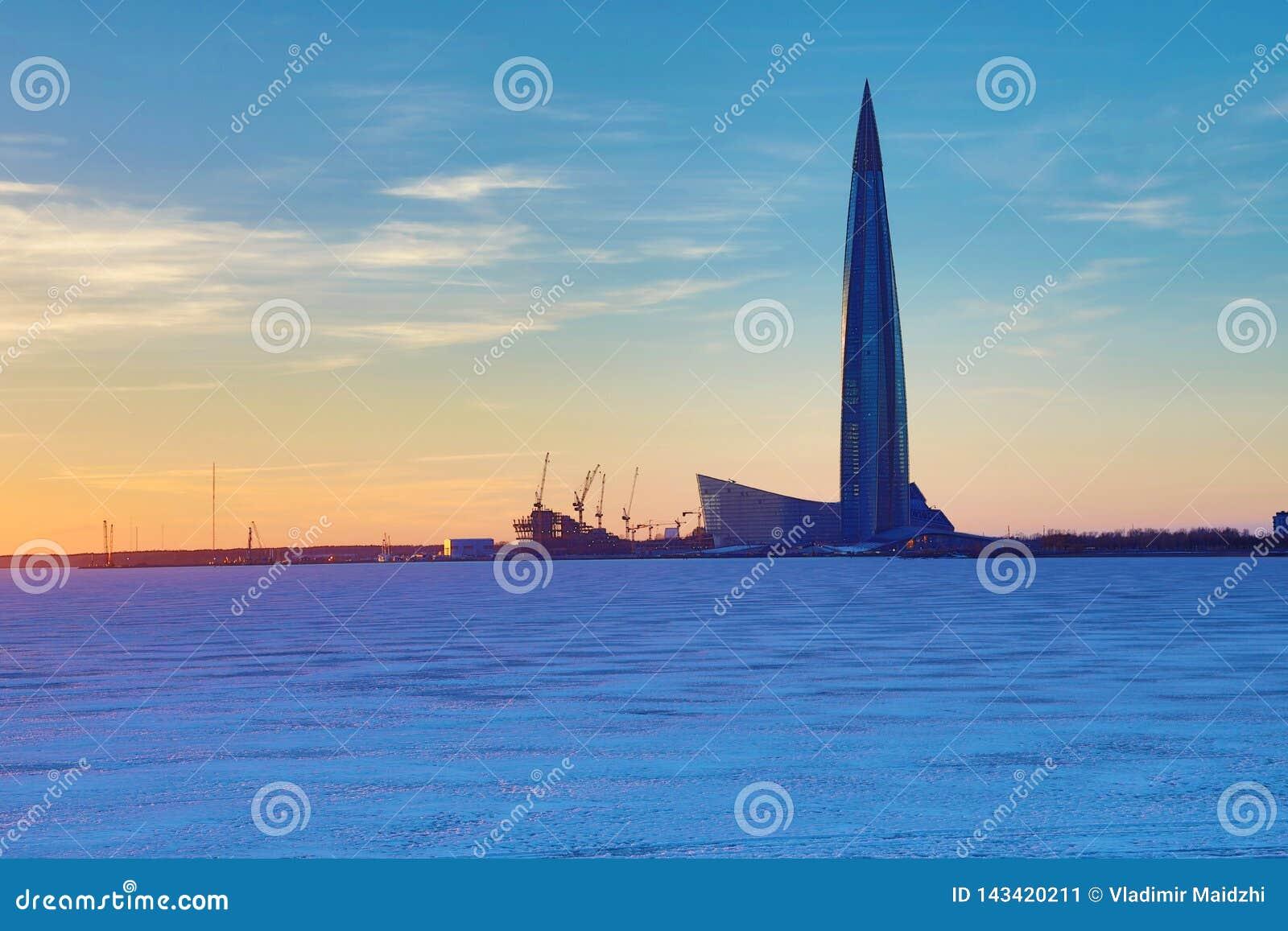 El rascacielos del centro de Lahta buidling en la orilla de la ciudad baynear de Petersburgo del final en la boca del río de Neva