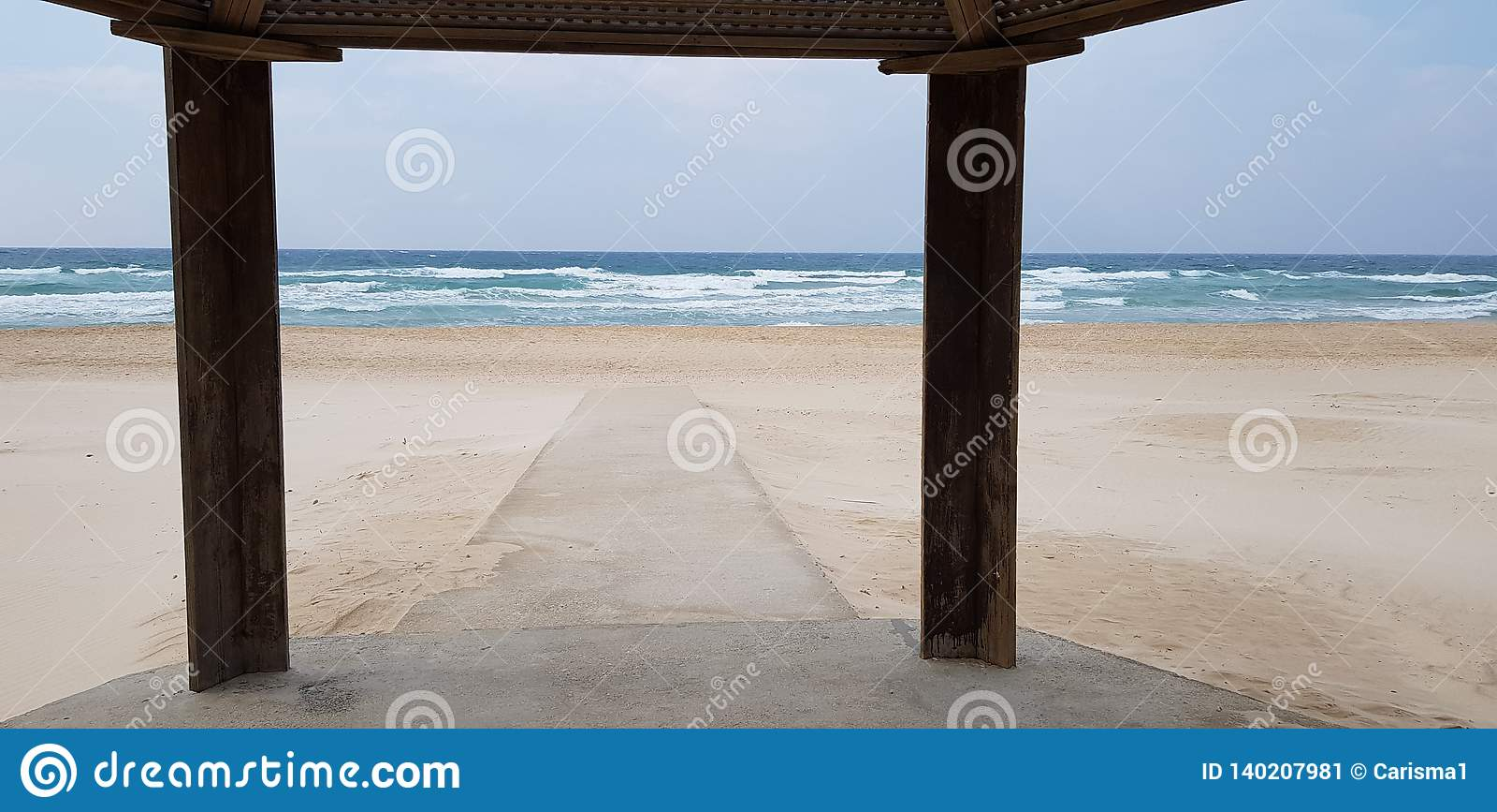 El rastro concreto en la arena prevista para las personas discapacitadas va al mar