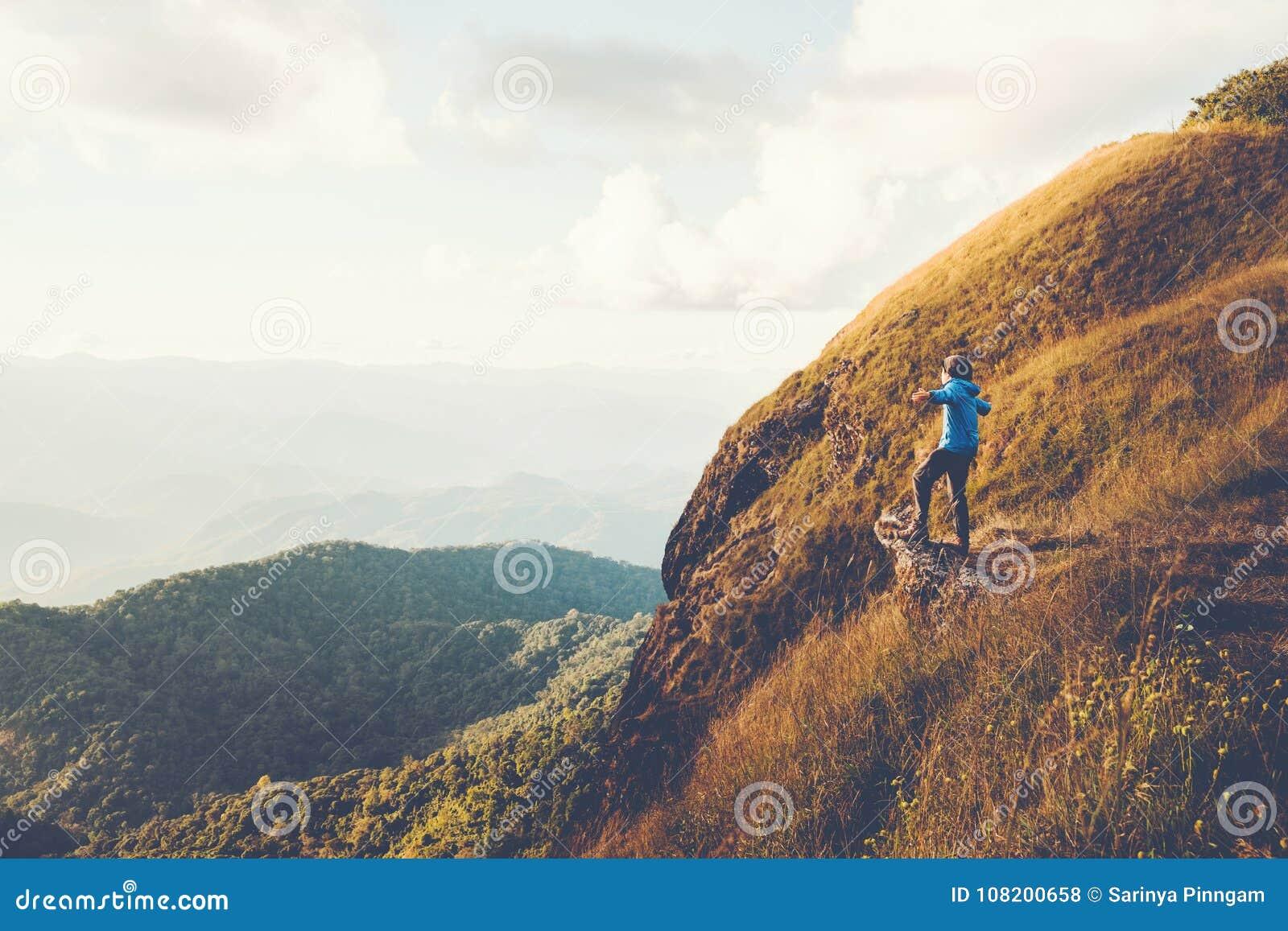El rastro turístico que camina en el hombre del viajero del bosque se relaja y crossi