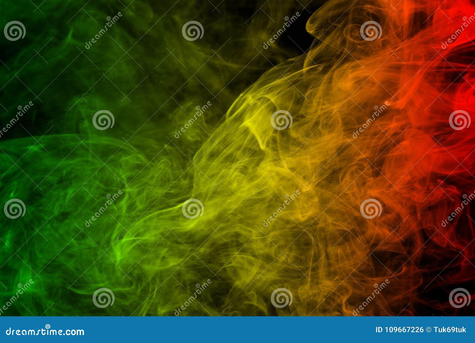 El reggae de las curvas y de la onda del humo del fondo colorea verde, amarillo, rojo coloreado en la bandera de la música del re