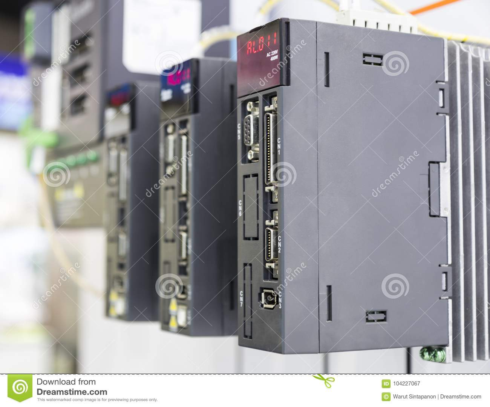 El regulador del PLC para la máquina industrial