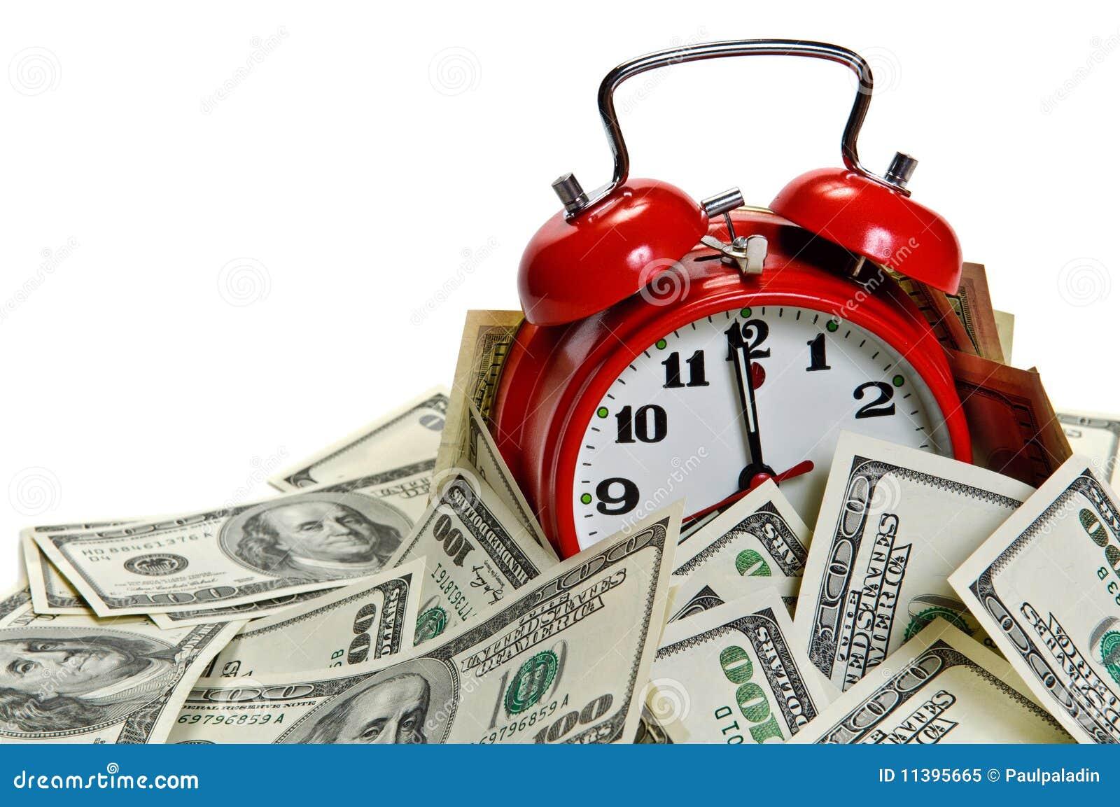 El reloj de alarma cubrió la pila de dinero
