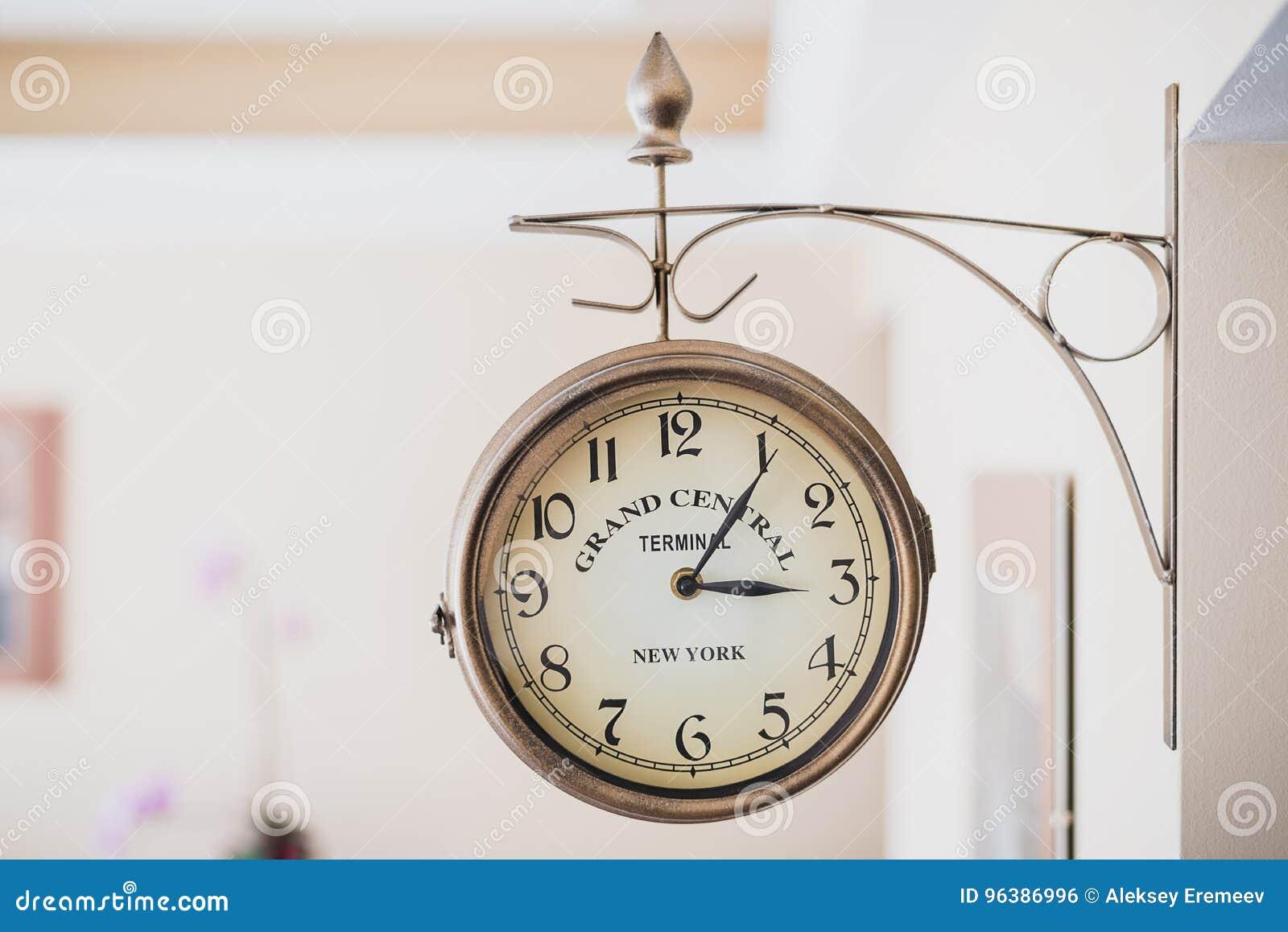 El Reloj De Pared Redondo Se Ata A La Pared Marco Horizontal Foto de ...