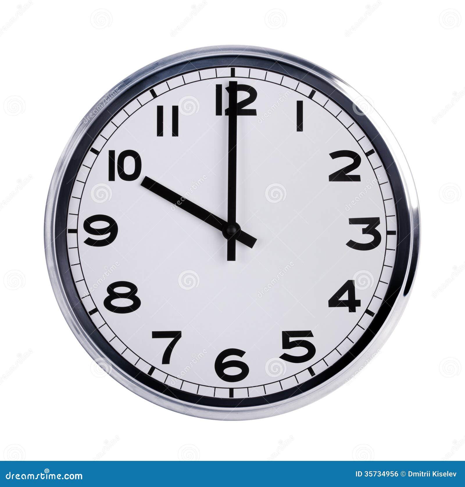 El reloj redondo de la oficina muestra las diez