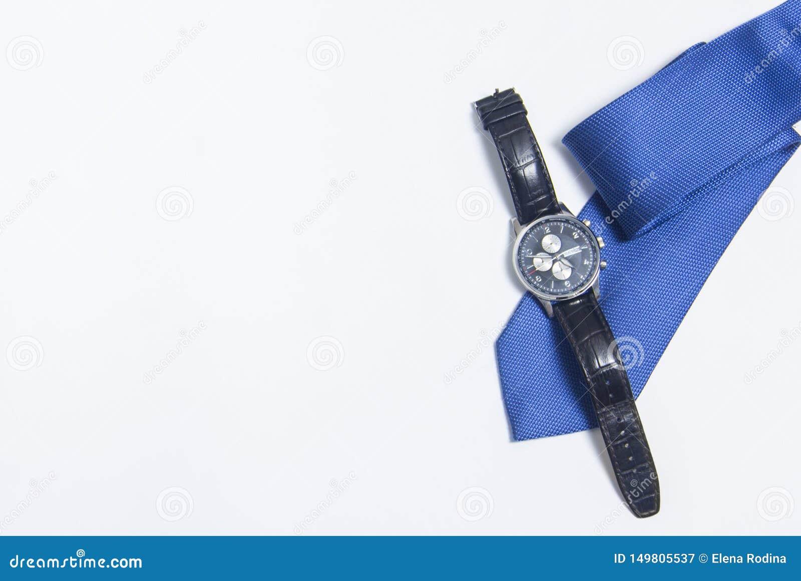 El reloj y el lazo de los hombres en el fondo blanco Accesorios del ` s de los hombres en el fondo blanco