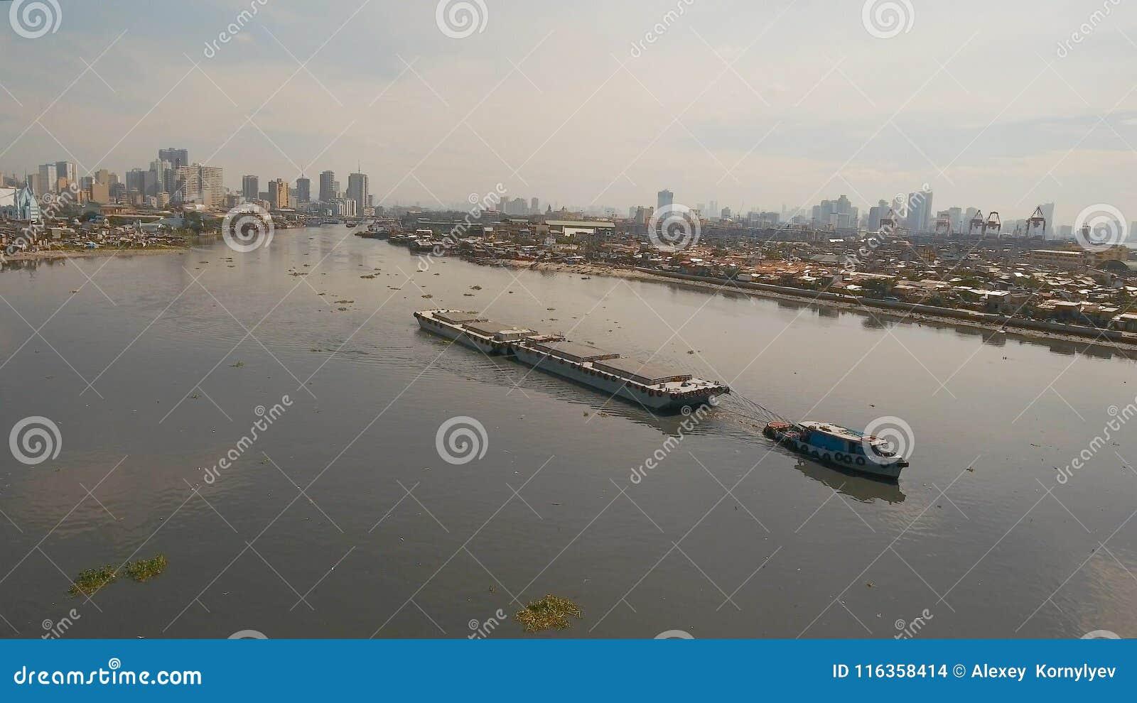 El remolcador de la visión aérea y barge adentro el mar Filipinas, Manila