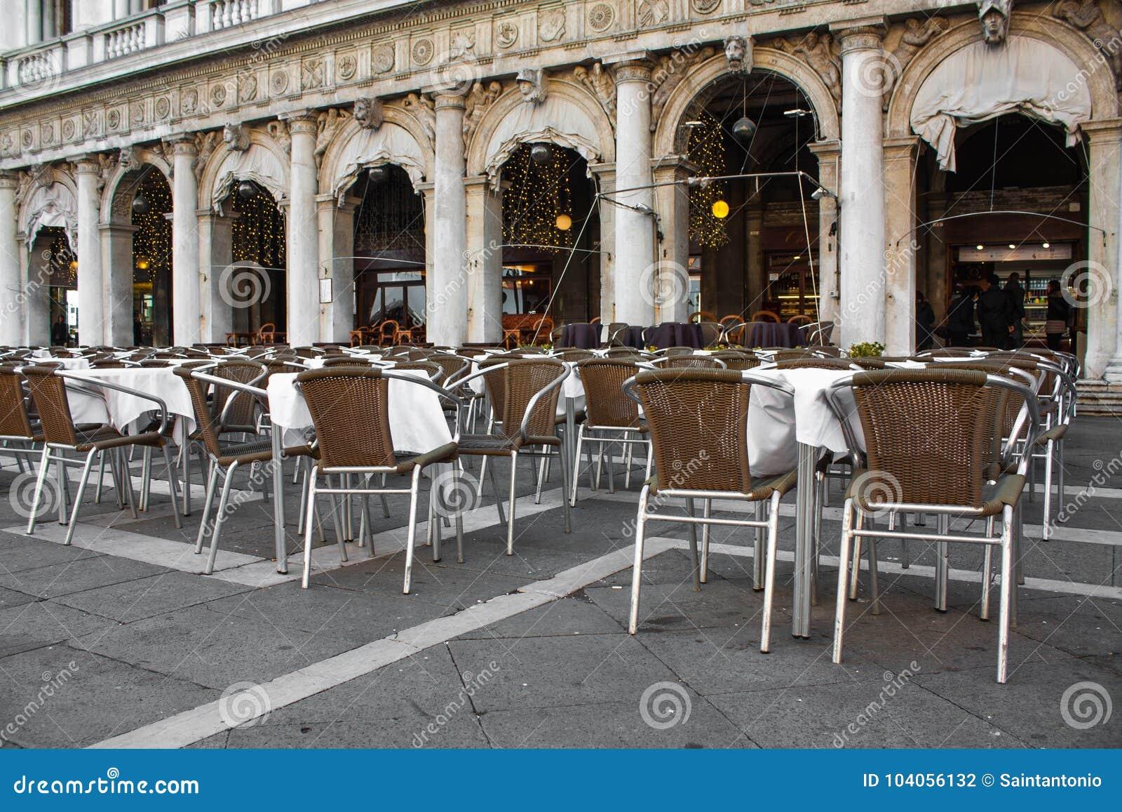 El Restaurante Del Aire Abierto, Sillas Con Las Tablas En San Marco ...