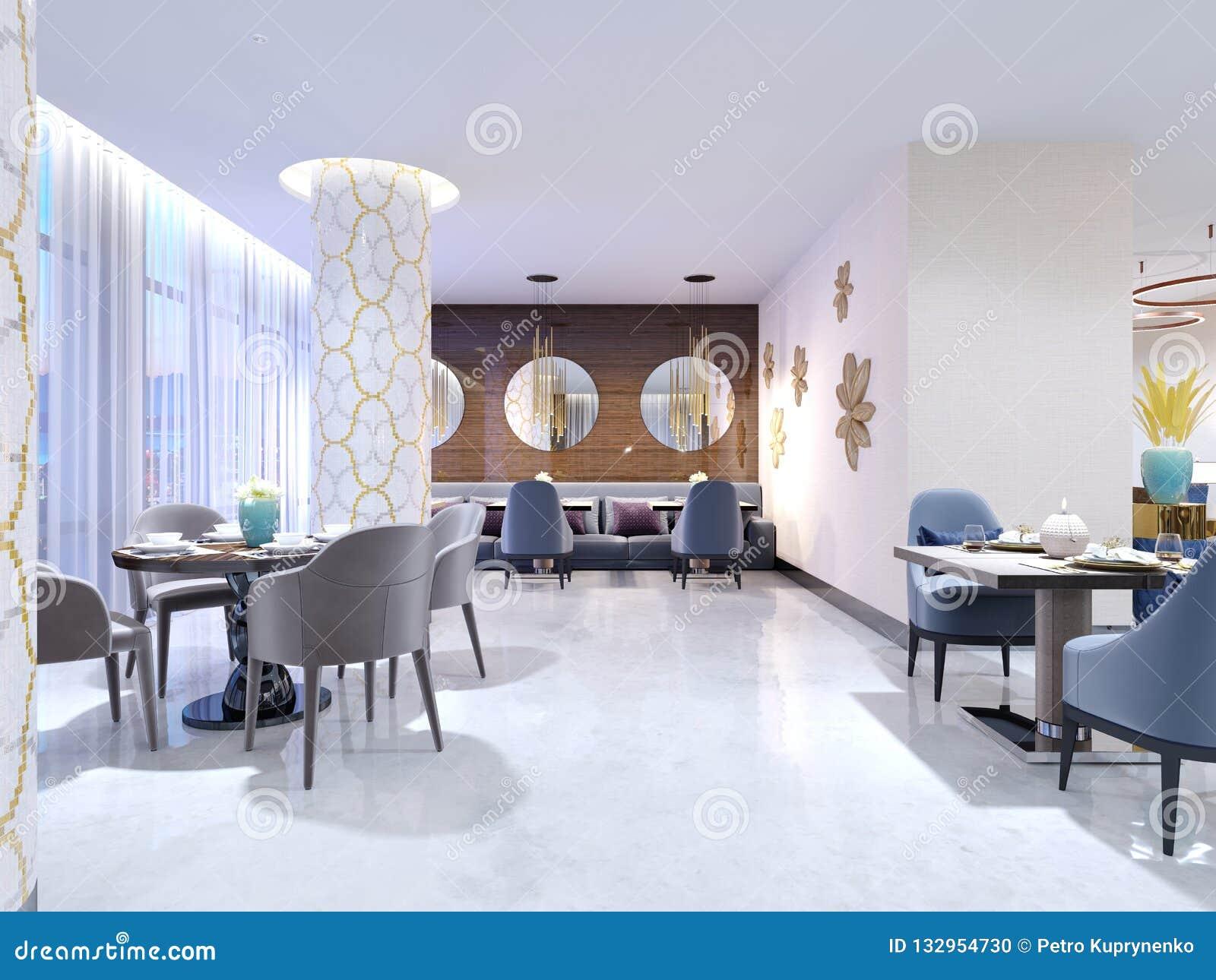 El restaurante lujoso, brillante del hotel con cuatro y dos sillas y tablas se sirve Piso y columnas blancos como la nieve en el