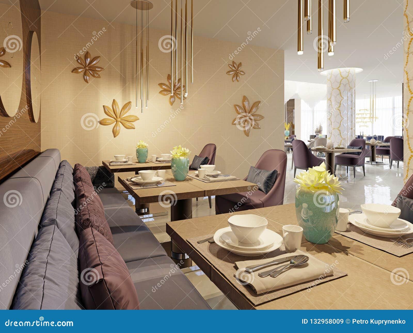 El restaurante lujoso en el hotel tiene un diseño interior moderno, butacas suaves y tablas servidas