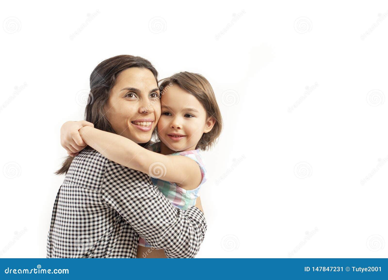 El retrato de la hija feliz abraza a su madre, aislada en el fondo blanco