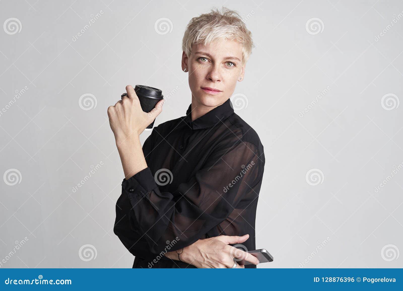b4b6c4eea621 El Retrato De La Mujer Rubia Con El Pelo Corto Que Lleva La Camisa ...