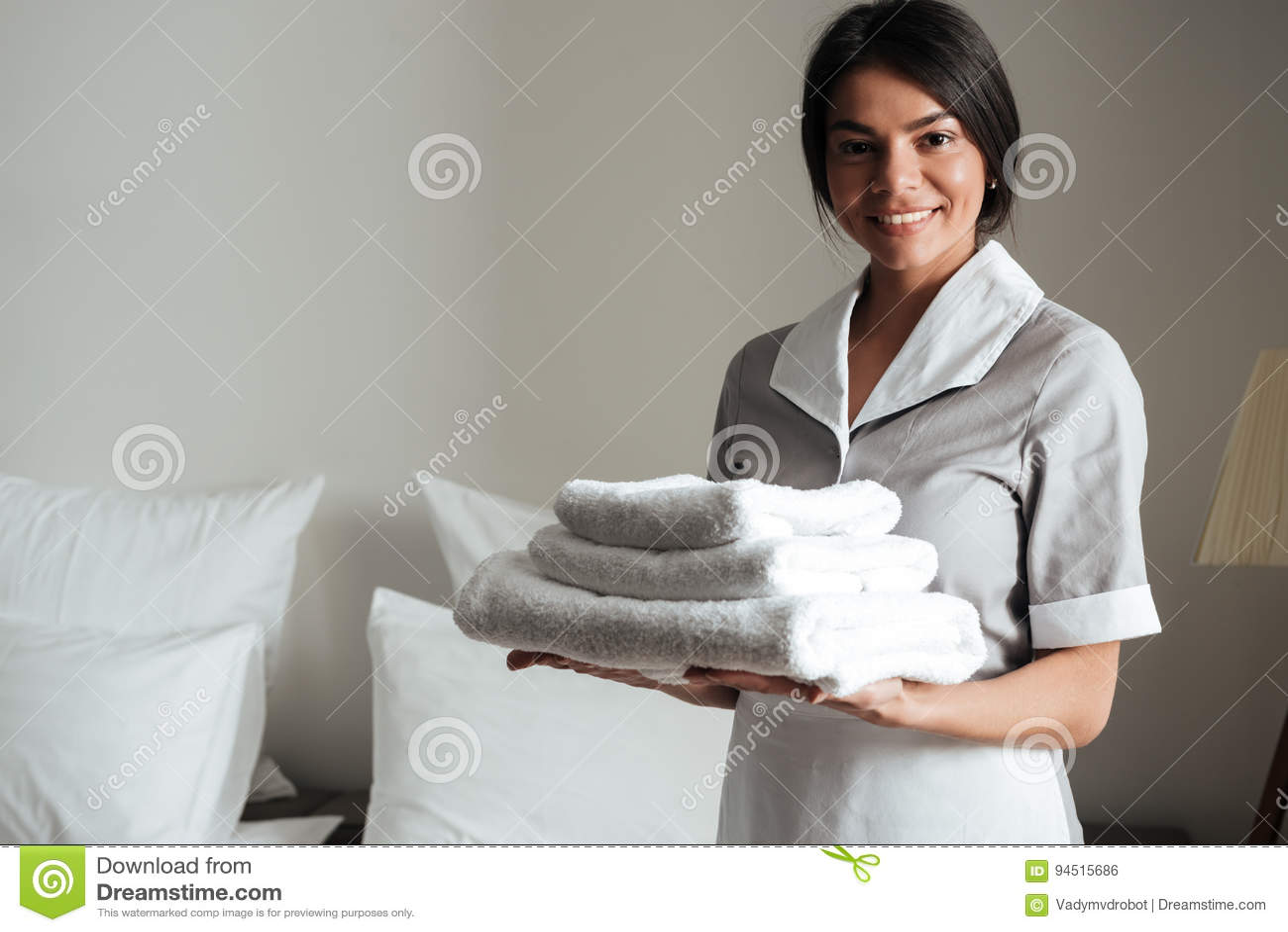 El retrato de una criada del hotel que se considera fresca limpia las toallas dobladas