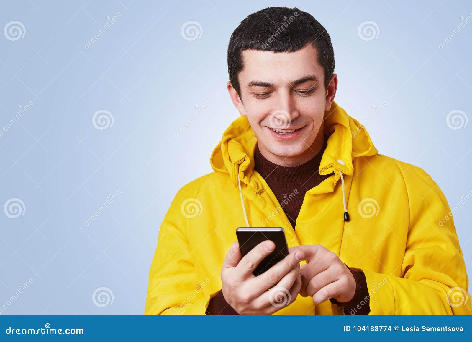 d91a00c90b84 El Retrato Del Hombre Joven Atractivo Alegre Utiliza El Teléfono ...