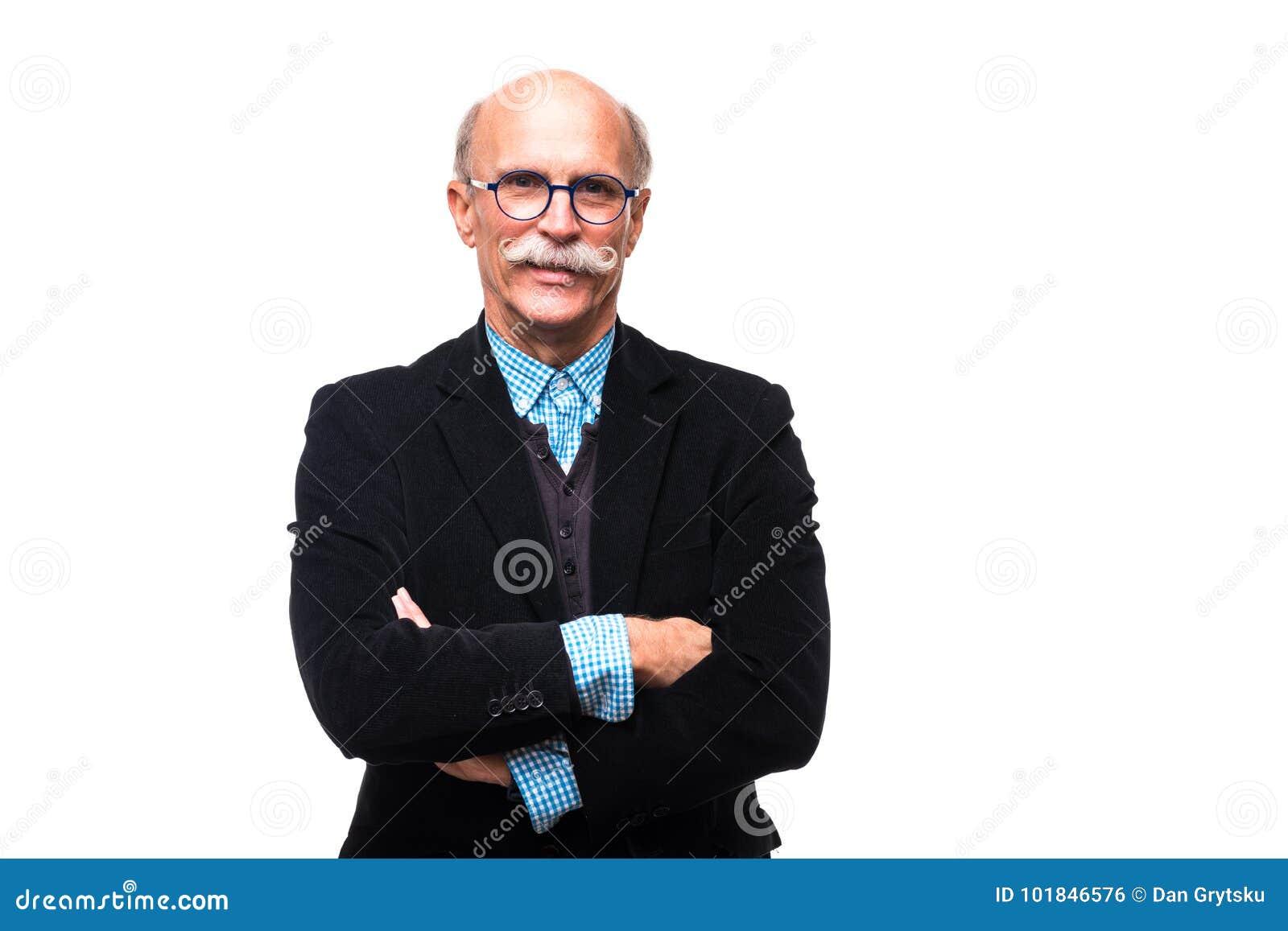 El retrato del hombre mayor serio está presentando con las manos cruzadas aisladas en el fondo blanco