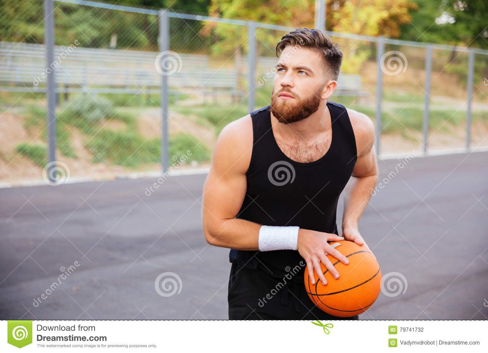 El retrato del los deportes jovenes sirve jugar a baloncesto